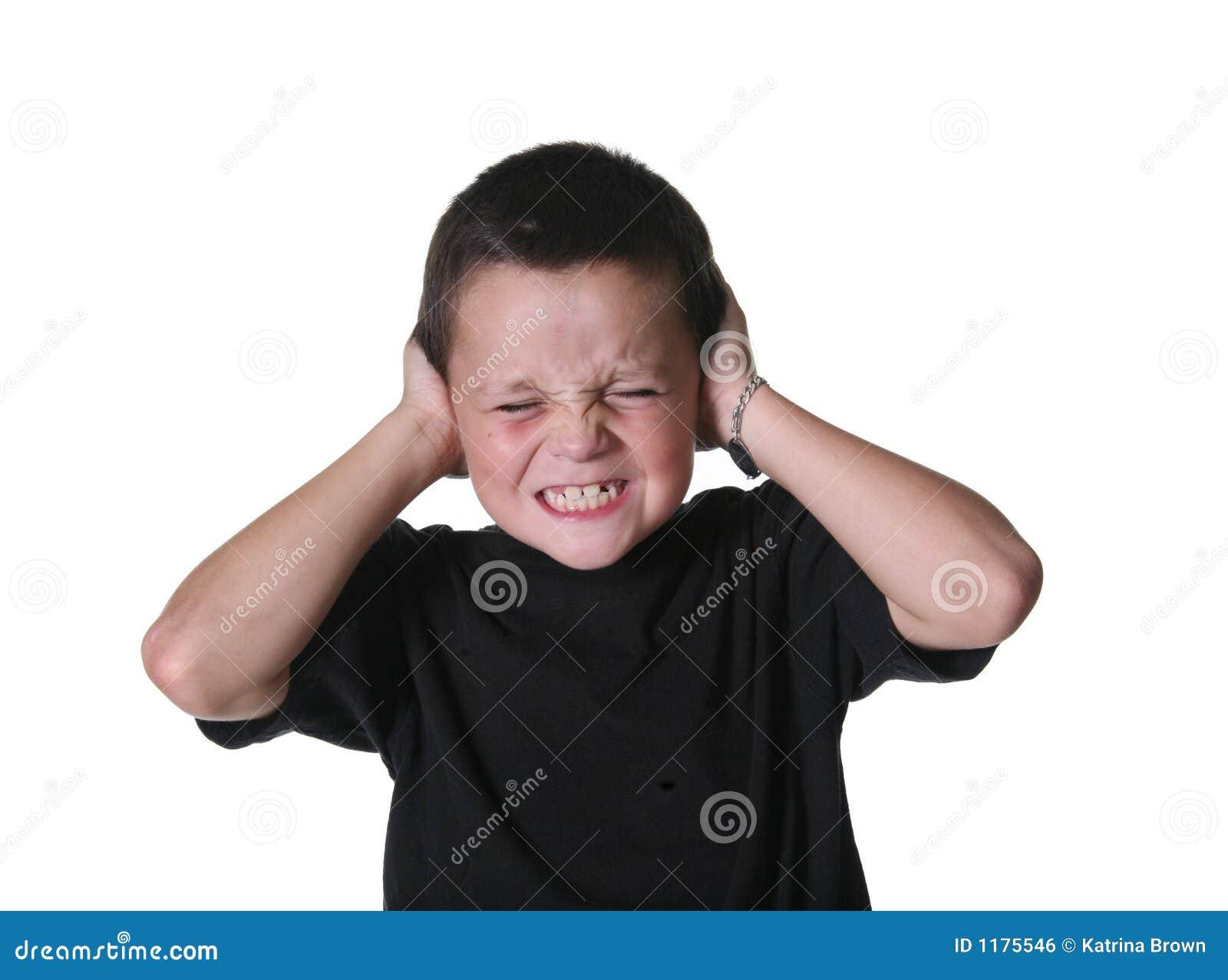 Criança nova com maneirismo expressivos