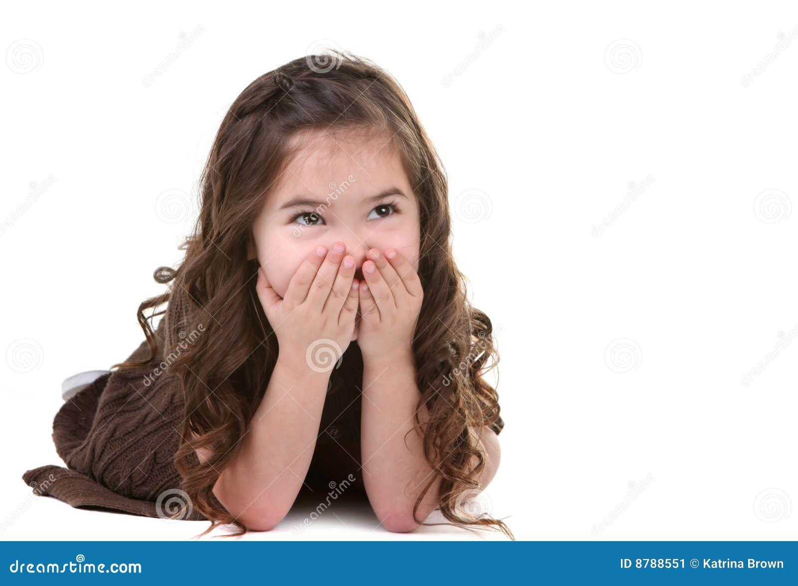 Criança nova de riso que olha acima