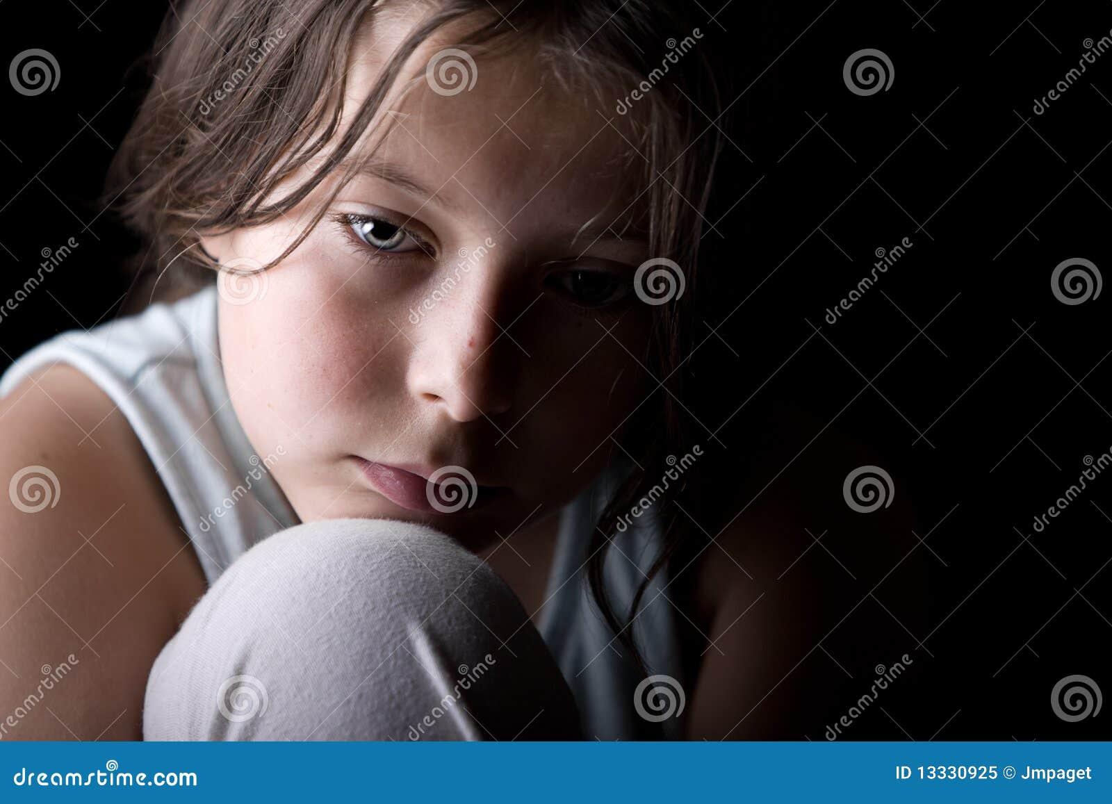 Criança nova que olha triste