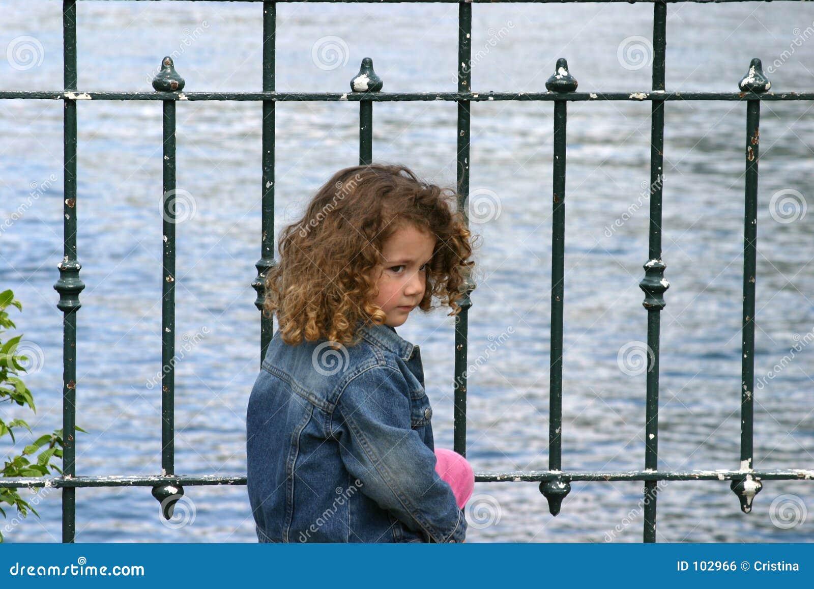 Criança pelo lago