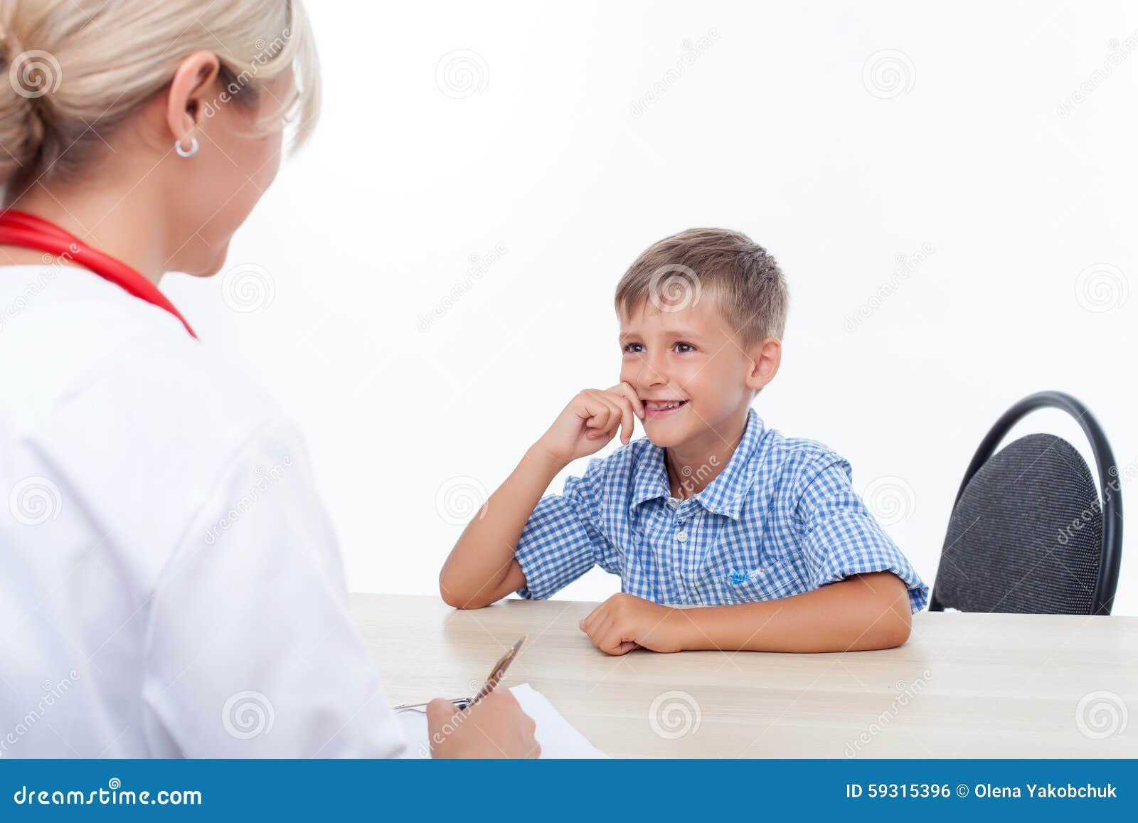 A criança pequena alegre está visitando seu doutor