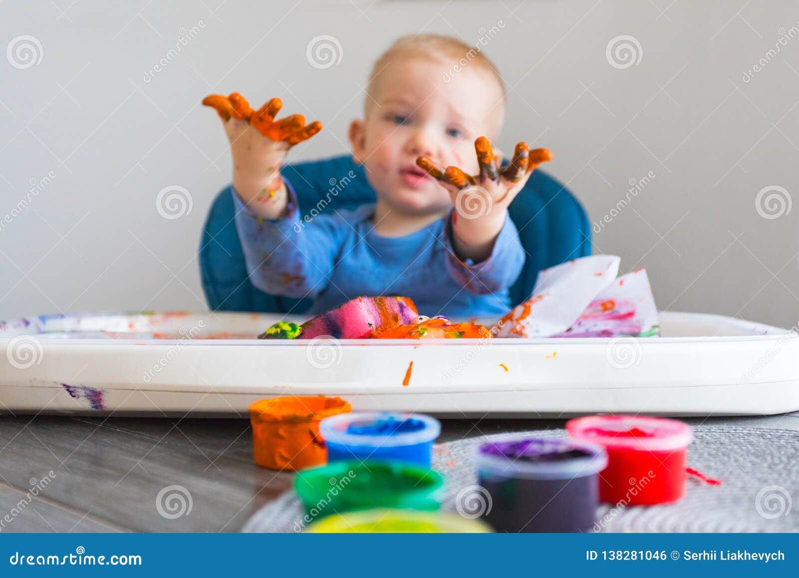 A criança pinta