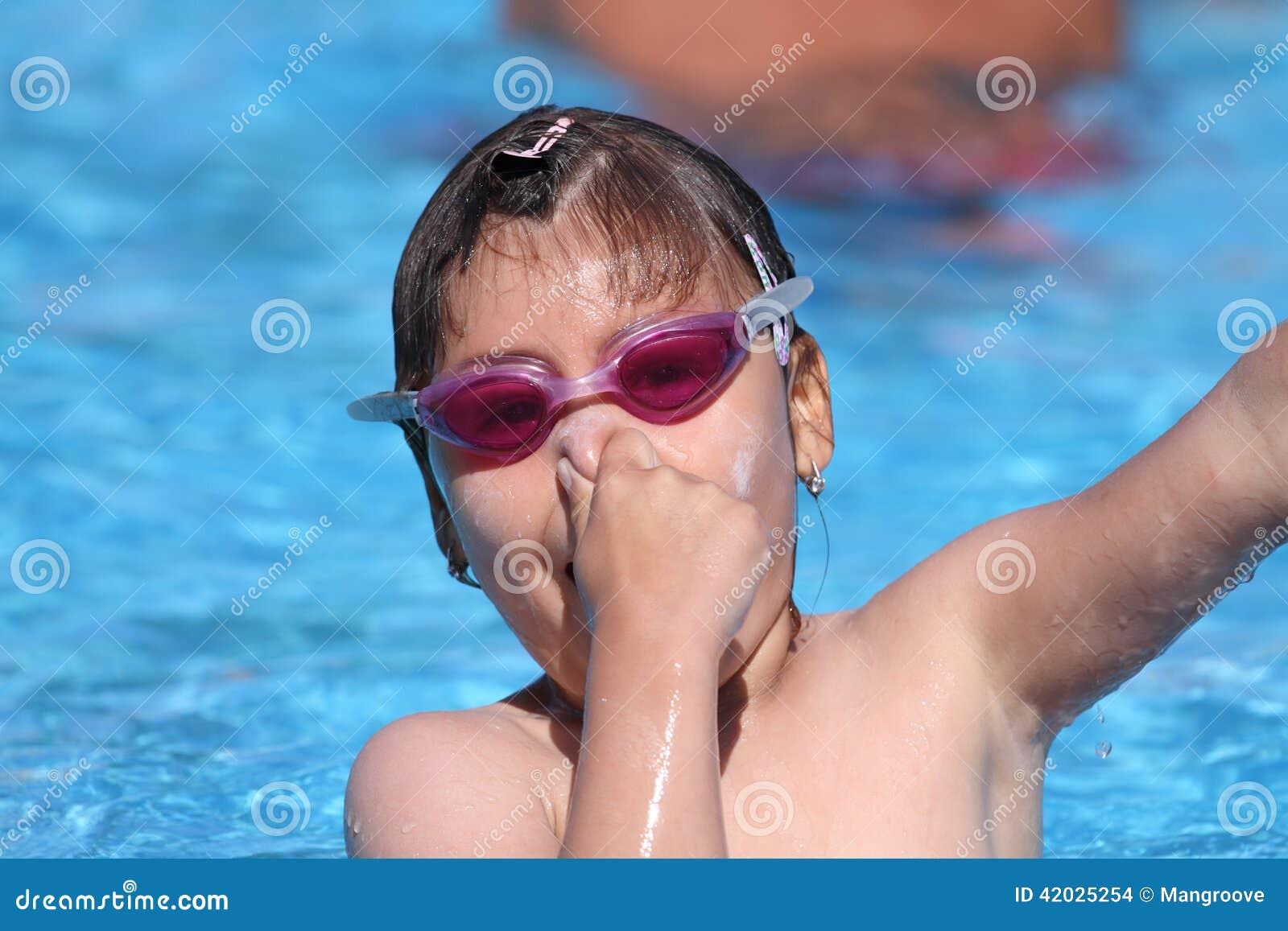 Criança que aprende nadar, lição nadadora