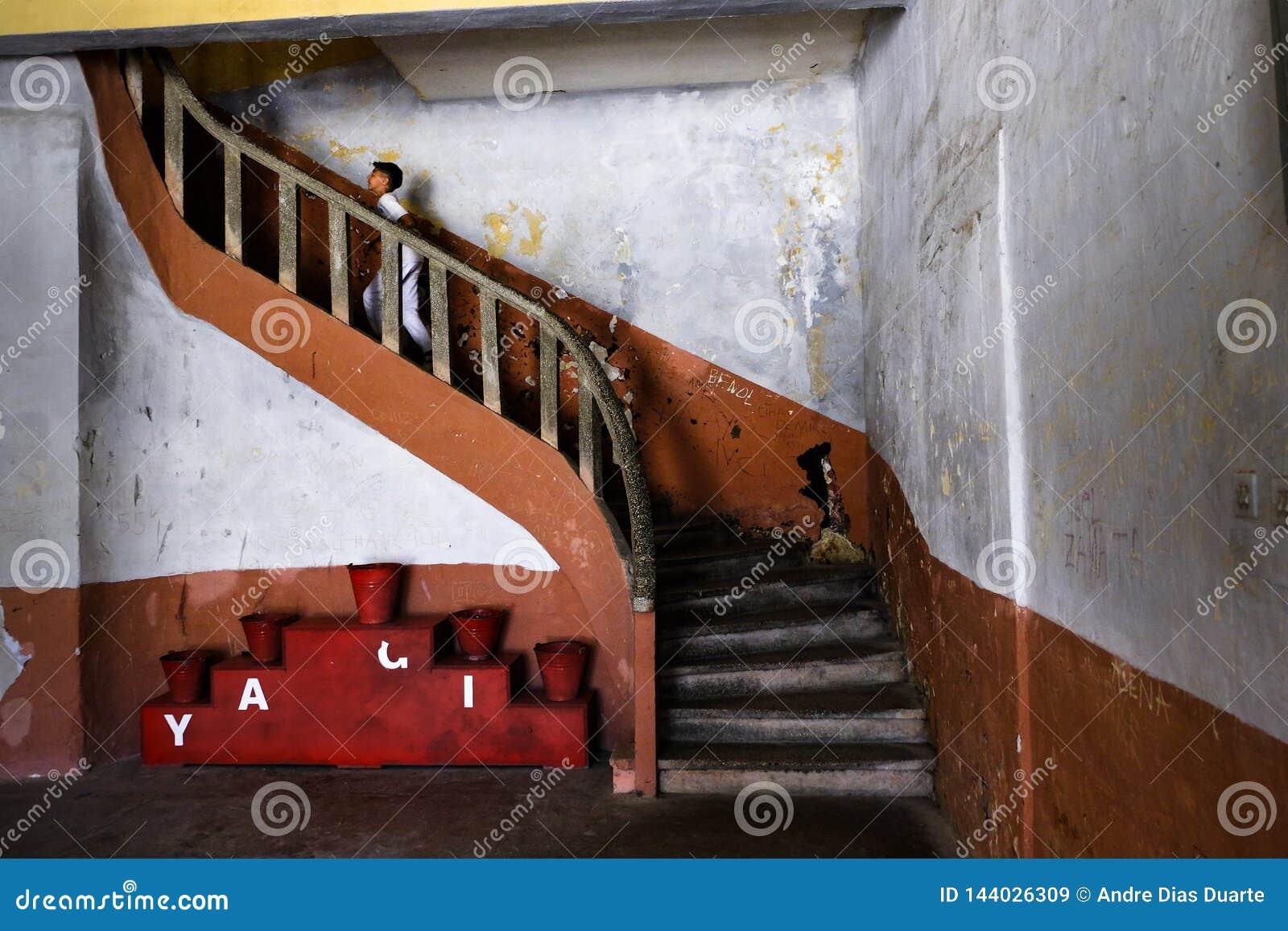Criança que corre acima as escadas na prisão velha de Amasra