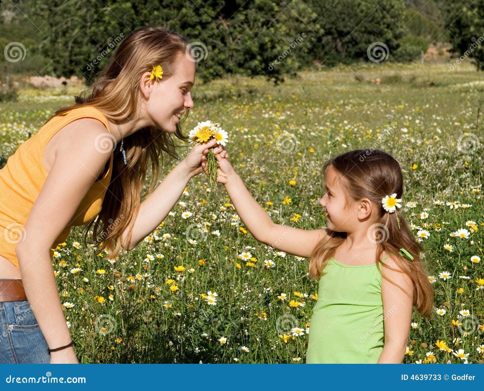 Criança que dá o presente das flores