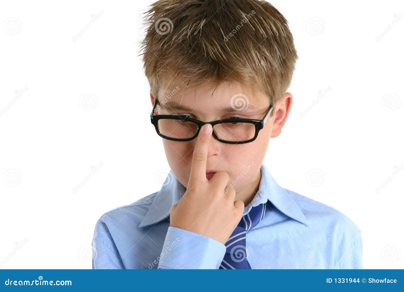 Criança que empurra vidros acima no nariz