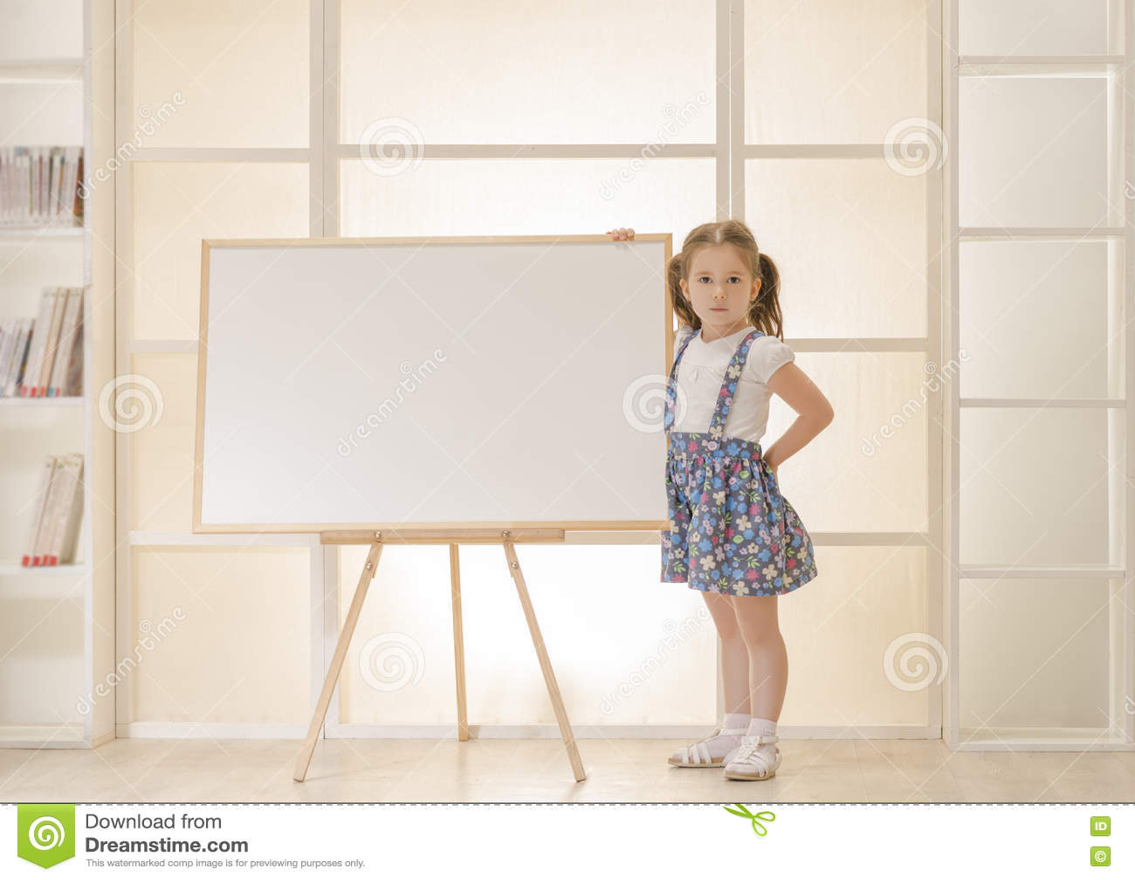 Criança que está ao lado da prancheta vazia