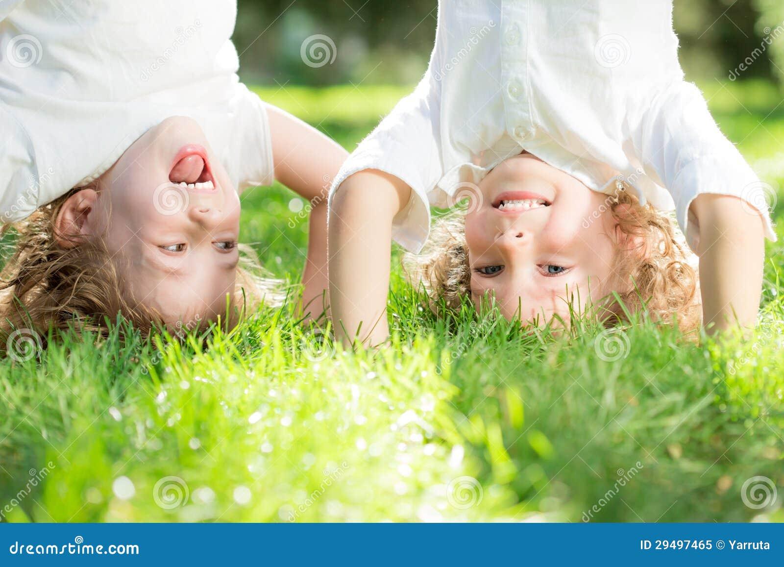 Criança que está upside-down