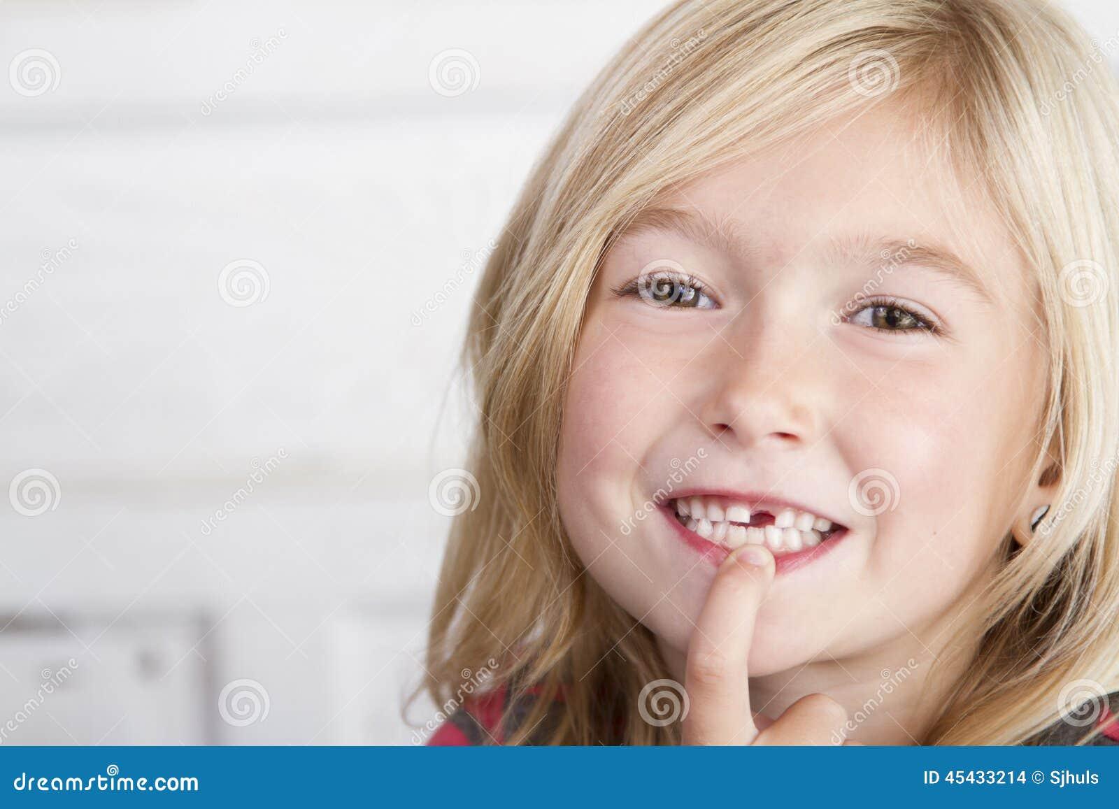 Criança que falta o dente anterior