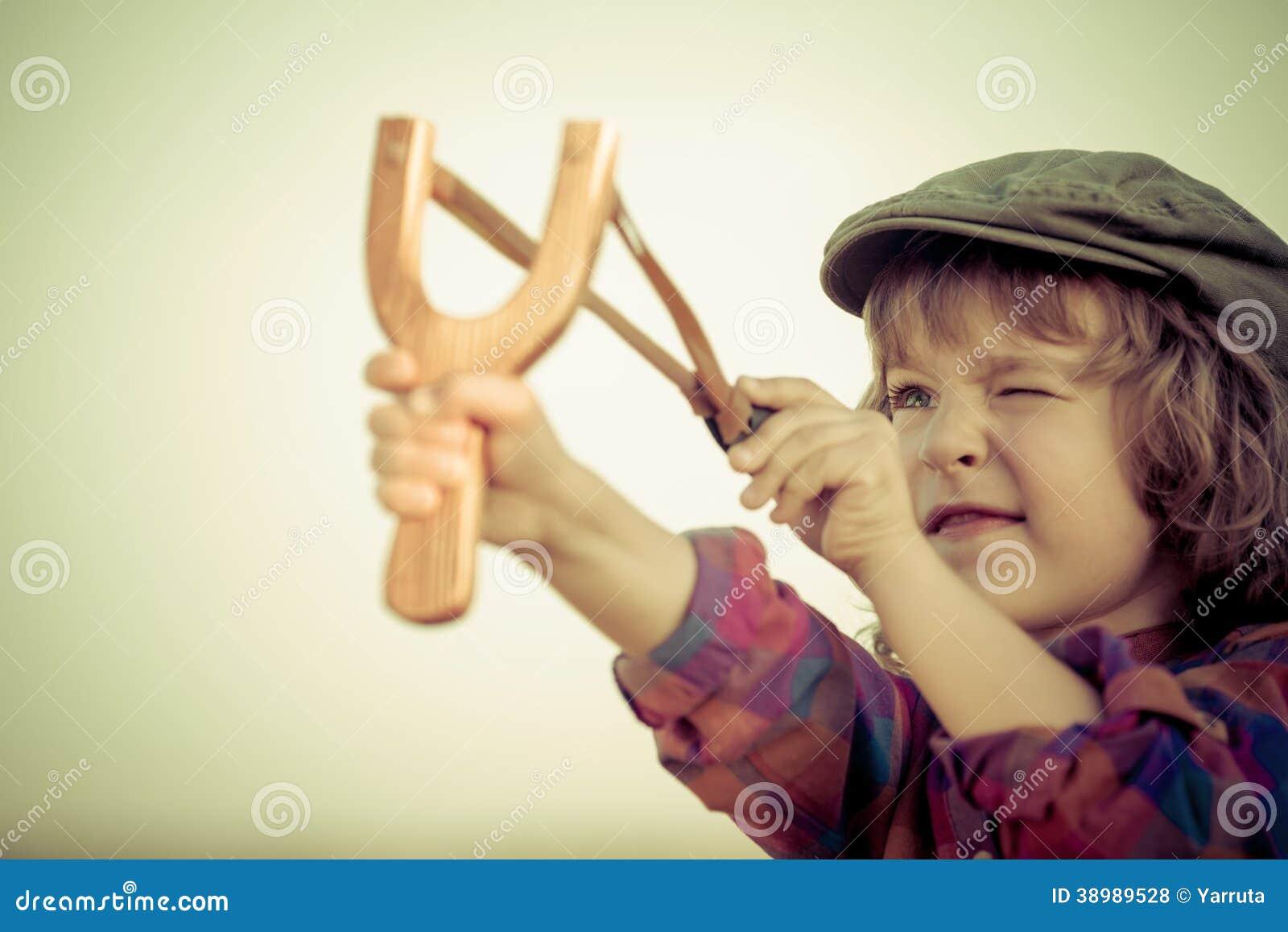 Criança que guarda o estilingue