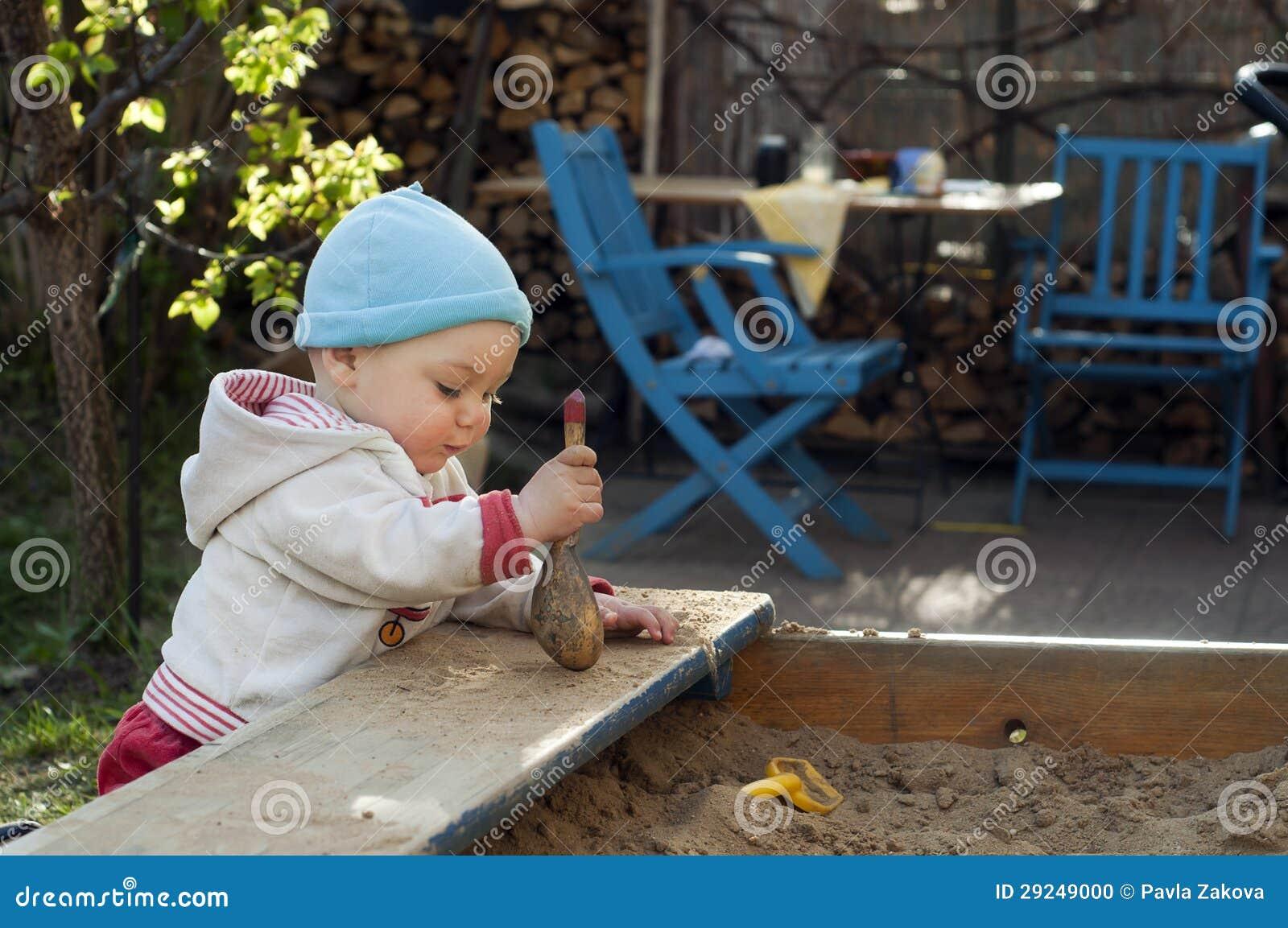 Download Criança Que Joga Na Caixa De Areia Foto de Stock - Imagem de jogo, outdoor: 29249000