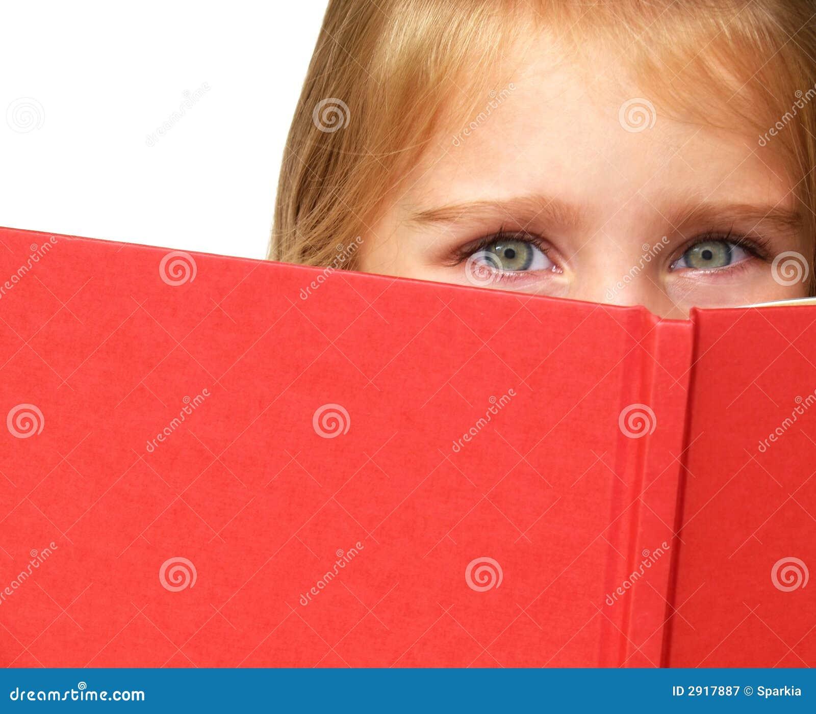 Criança que lê um livro