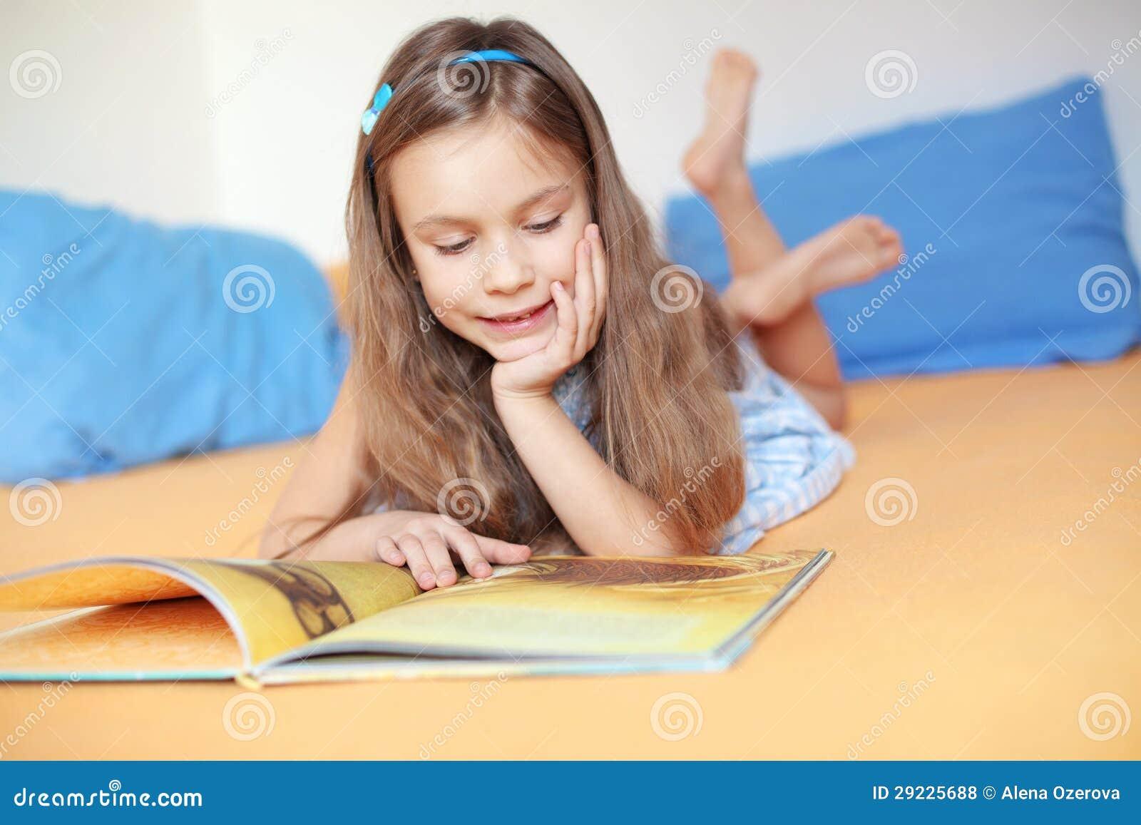 Download Criança que lê um livro foto de stock. Imagem de inside - 29225688