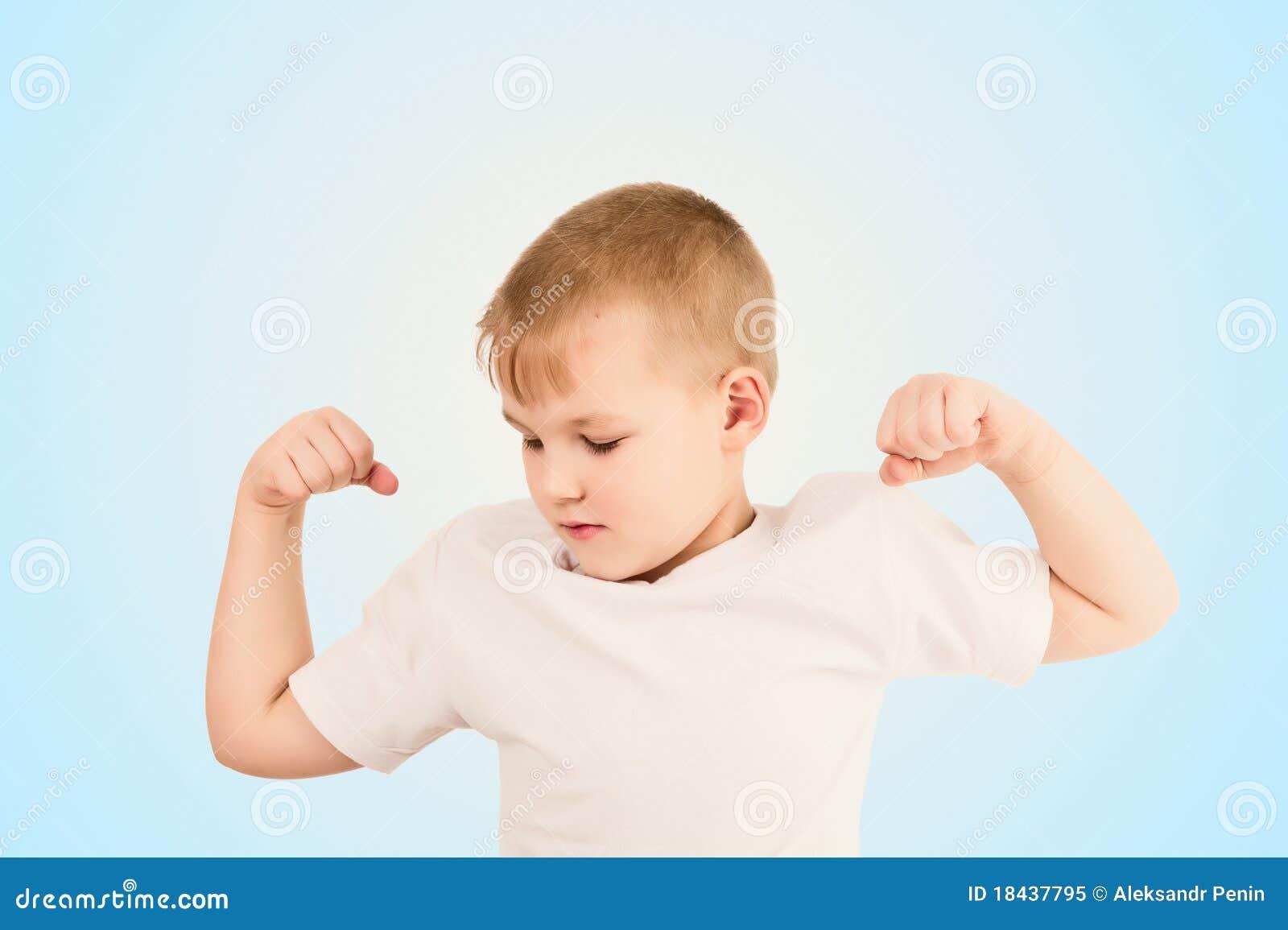 Criança que mostra o músculo