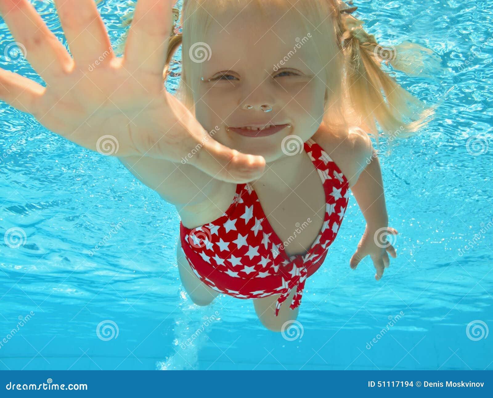Criança que nada debaixo d água na associação