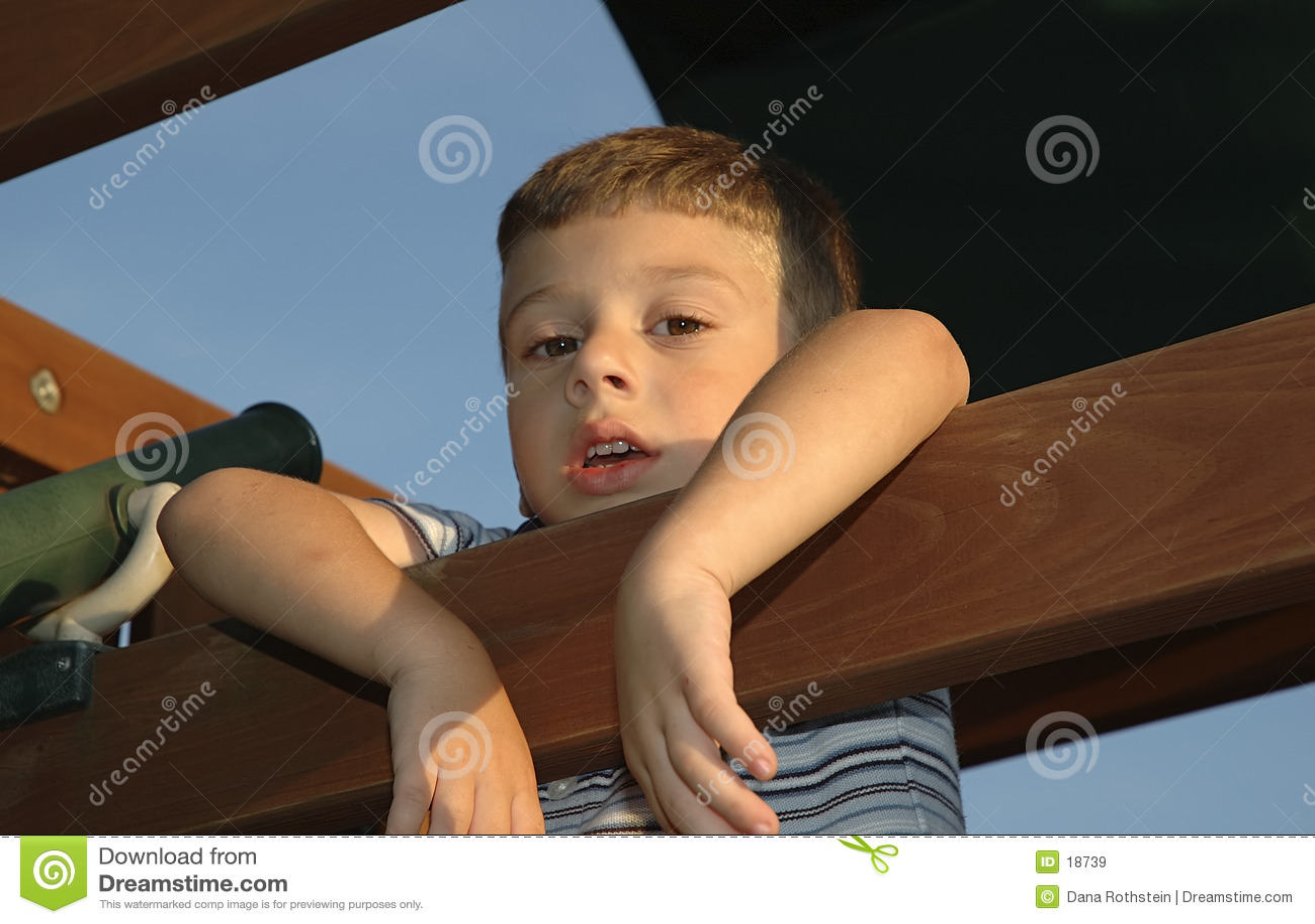 Criança que pendura para fora