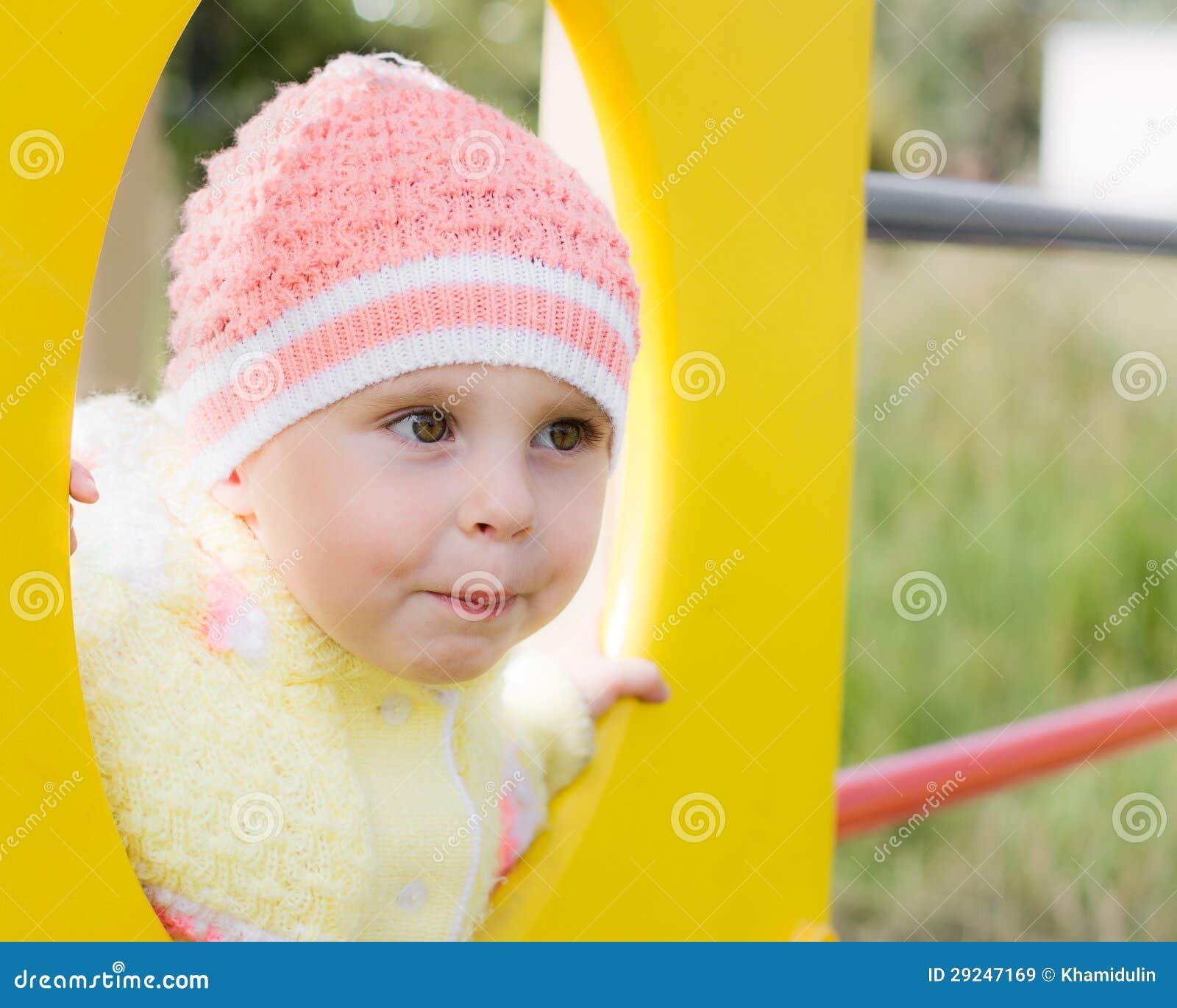 Download Criança Que Rasteja No Campo De Jogos Imagem de Stock - Imagem de alegria, feliz: 29247169
