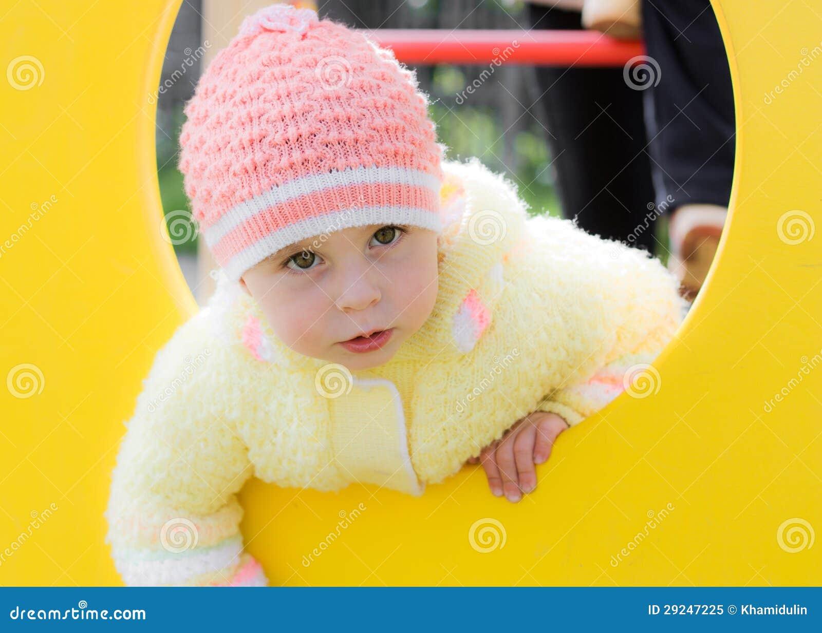 Download Criança Que Rasteja No Campo De Jogos Imagem de Stock - Imagem de excitamento, barras: 29247225