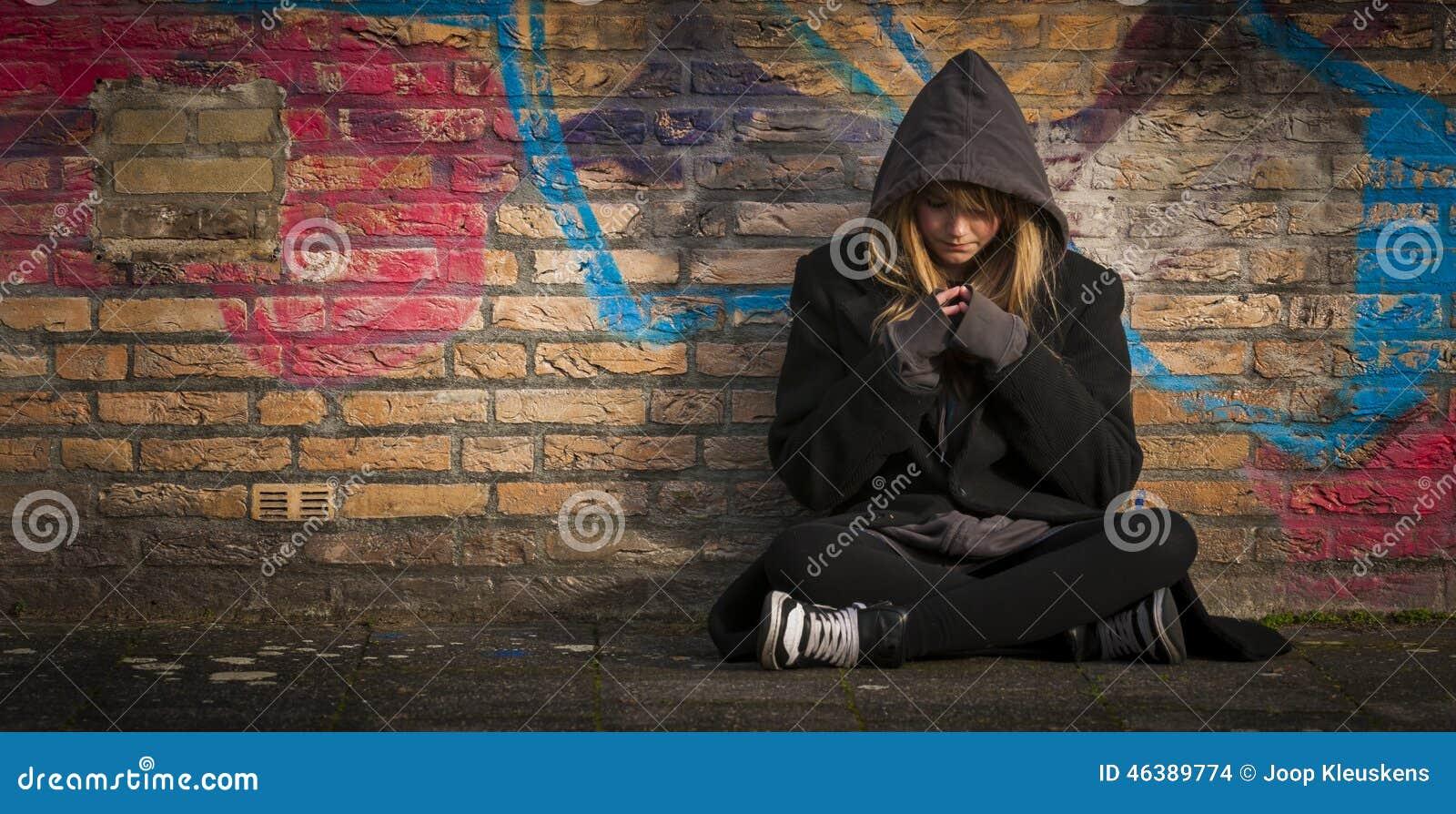 Criança que senta-se apenas e que pensa