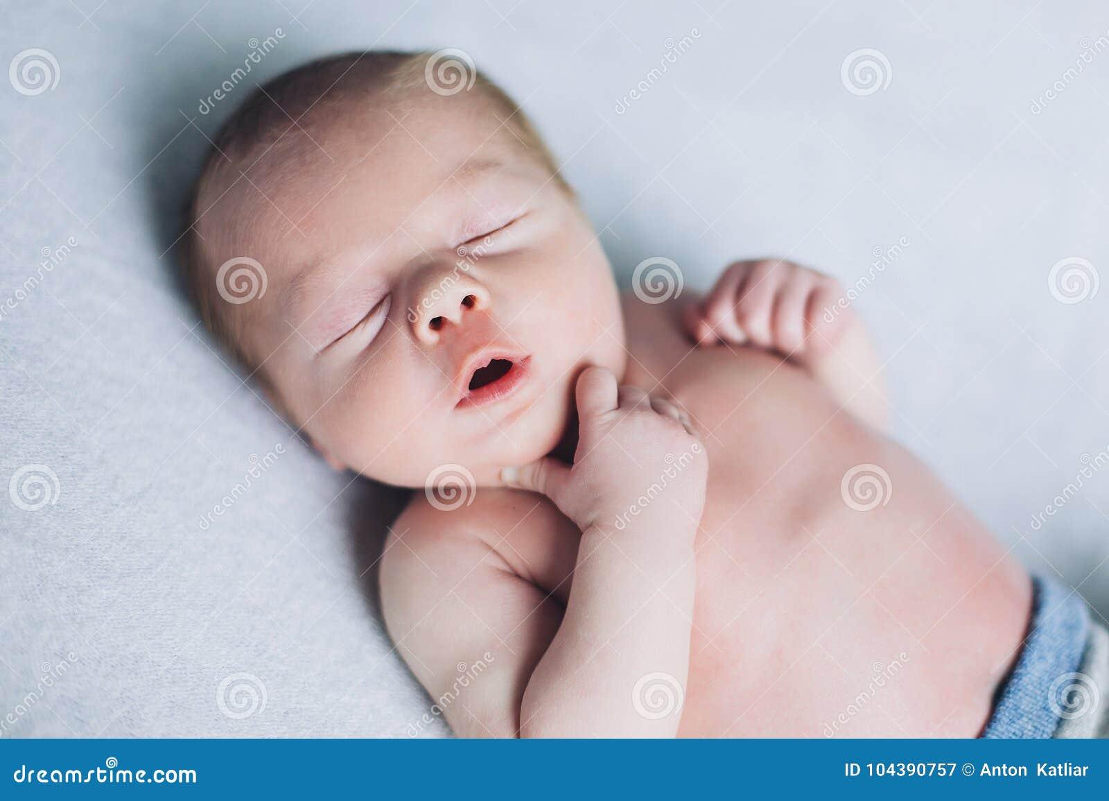 A criança recém-nascida está dormindo, sonhos doces do bebê pequeno, sono saudável, recém-nascido