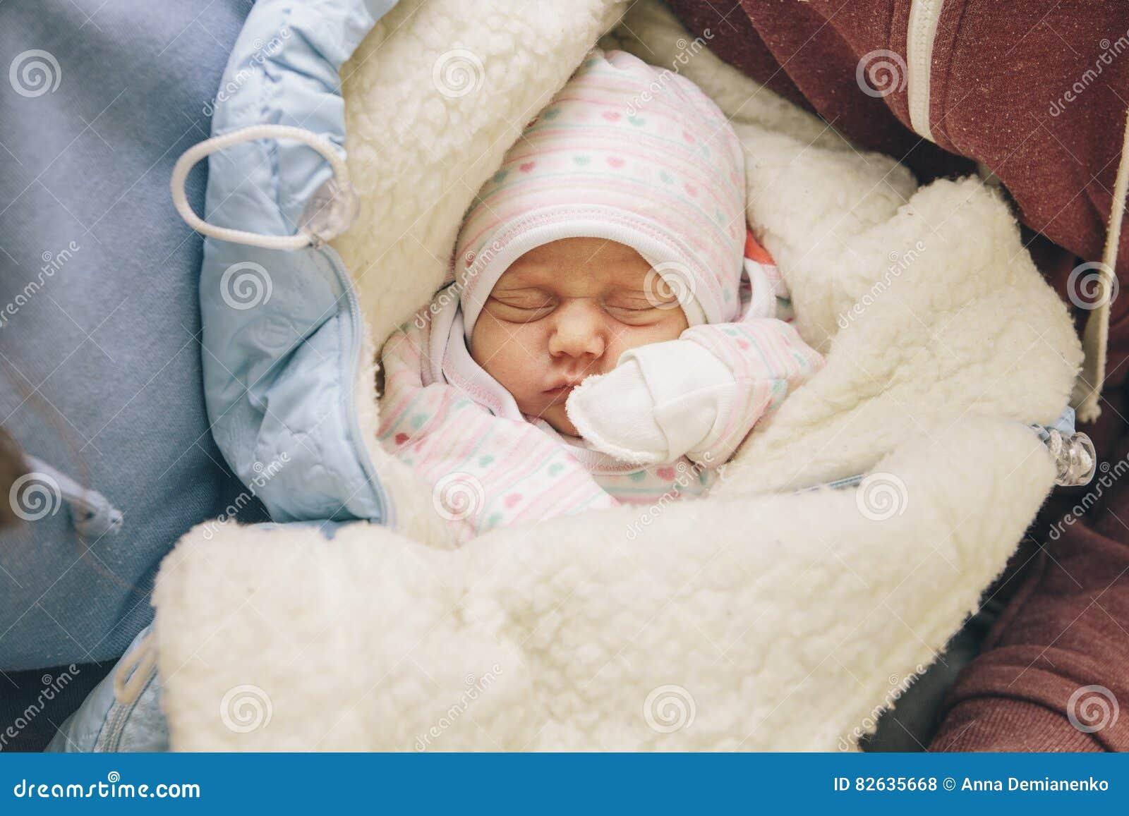 Criança recém-nascida infantil pequena no hospital de maternidade em seus pais