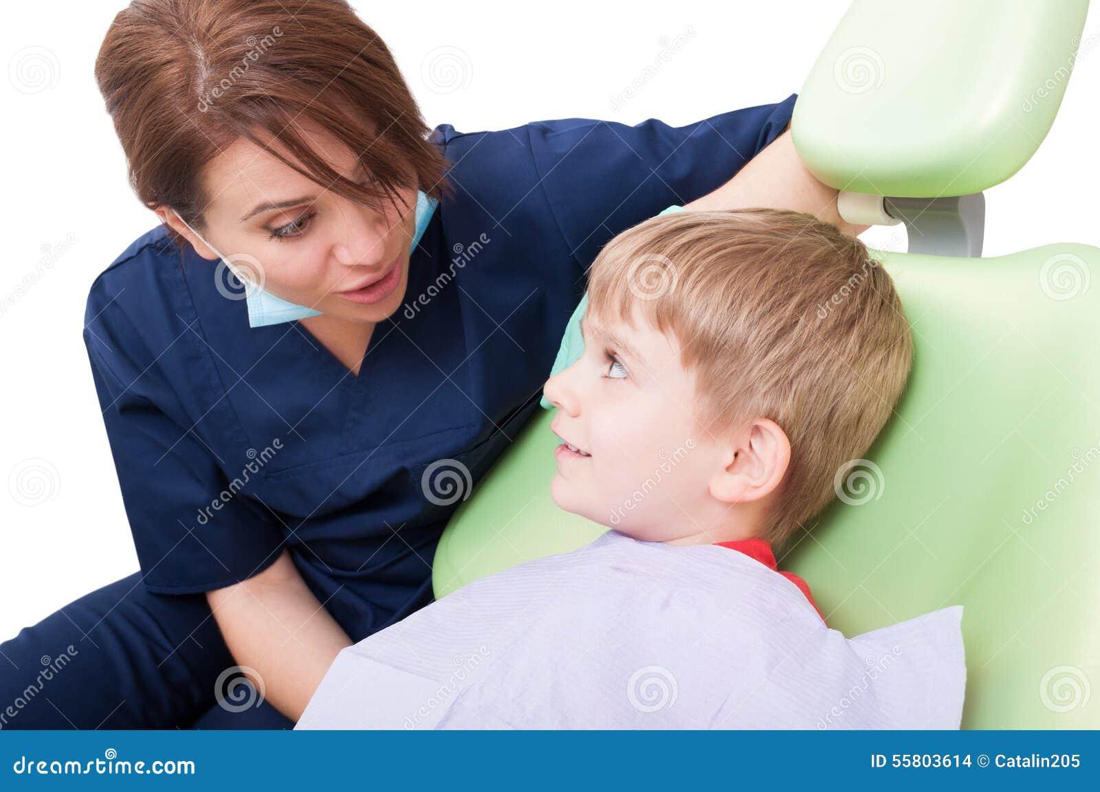 Criança relaxado na cadeira do dentista
