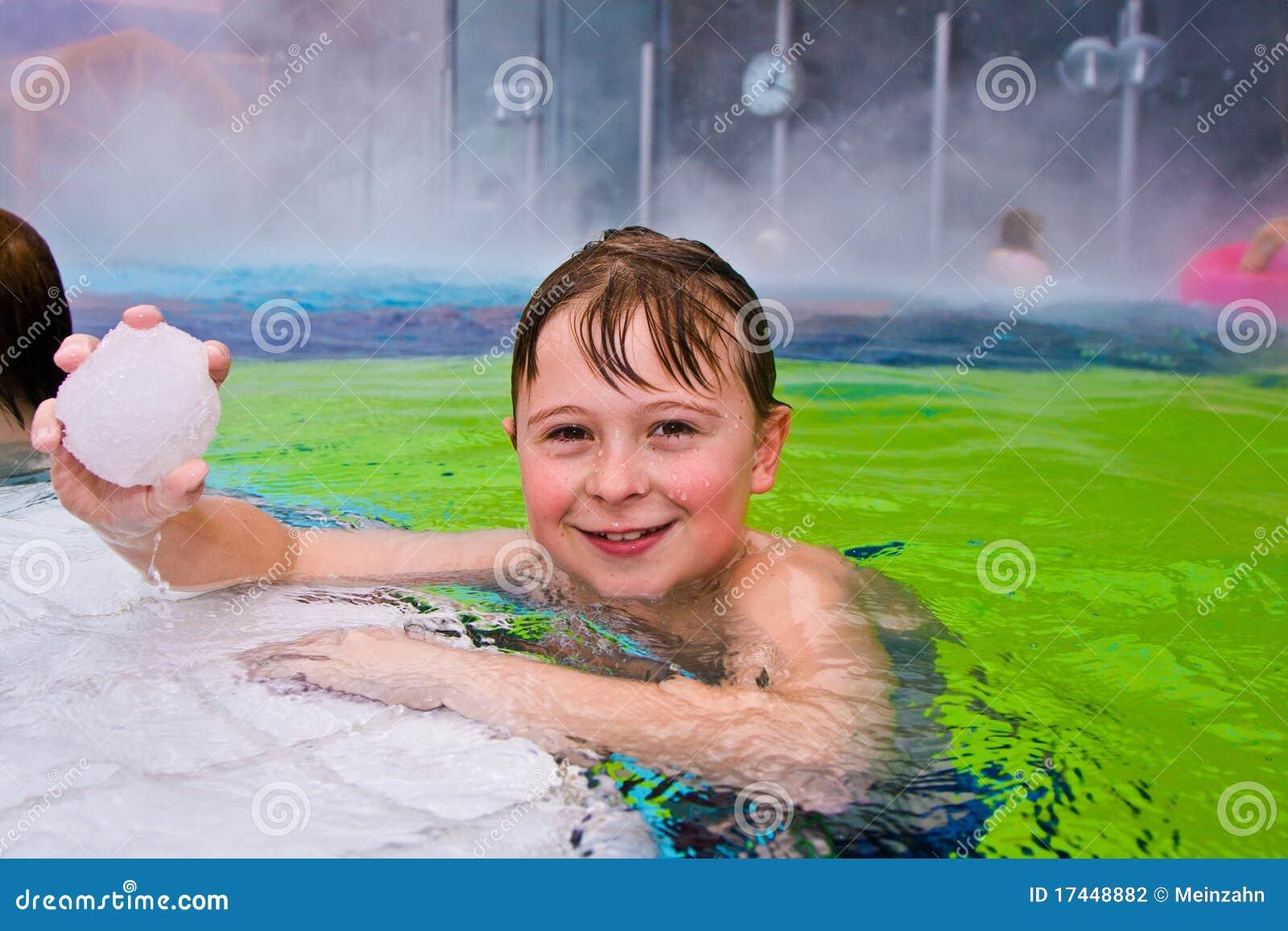 A criança tem o divertimento na associação térmica ao ar livre