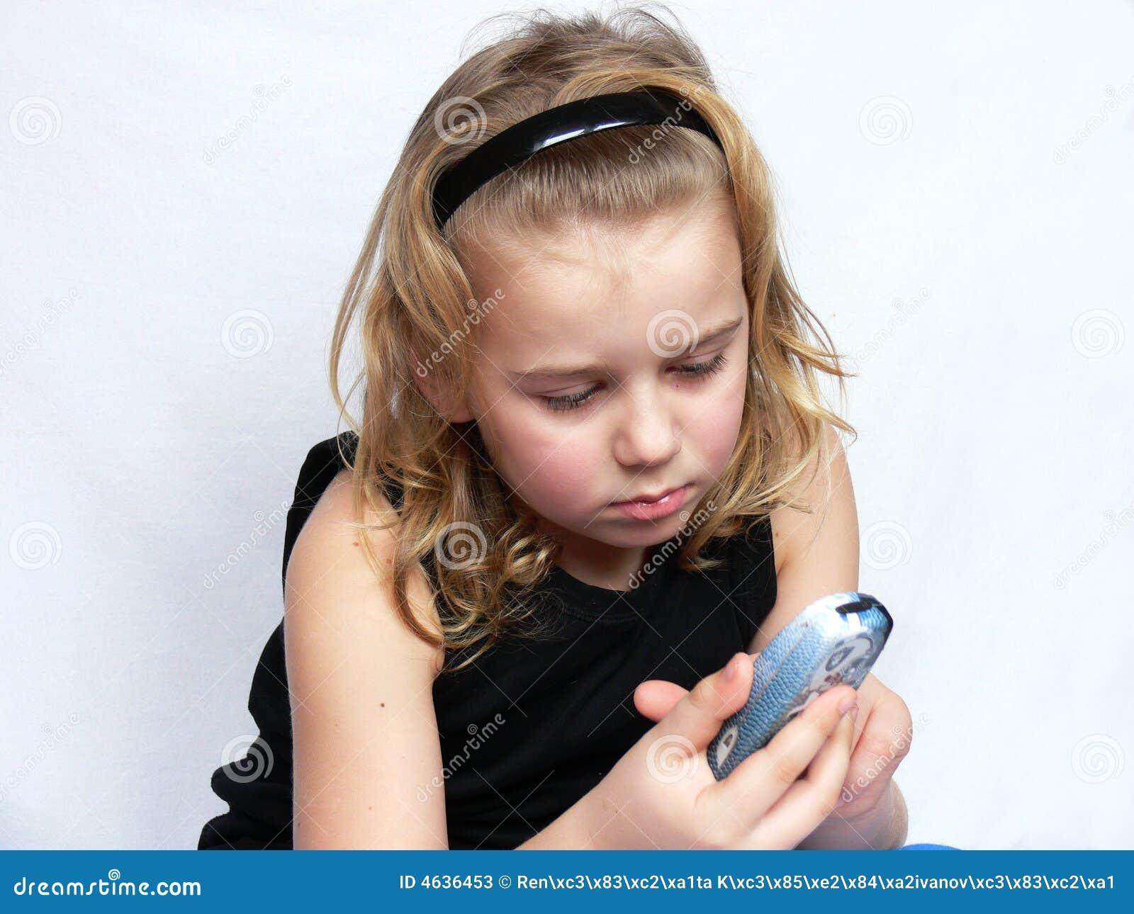 A criança texting