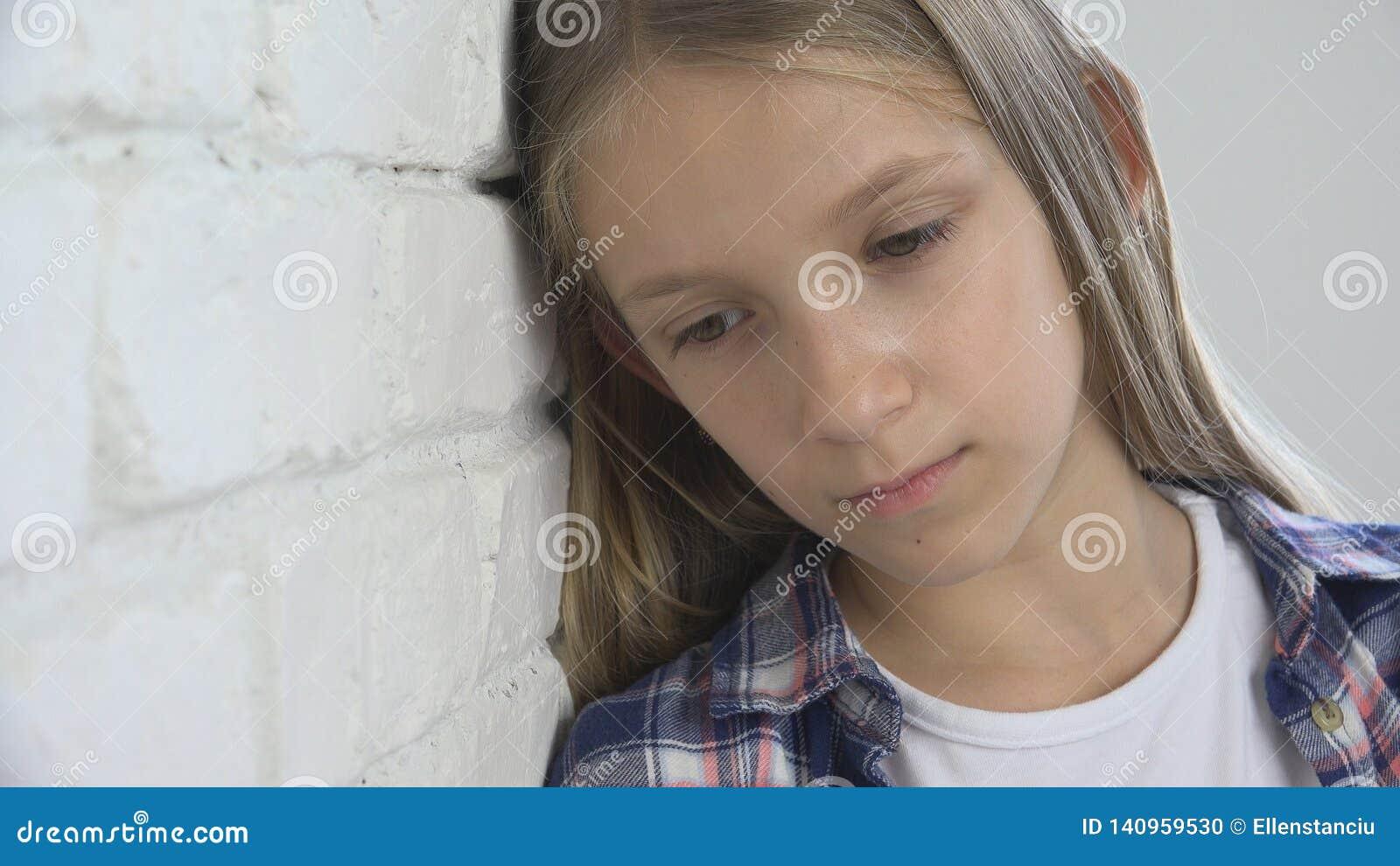 Criança triste, criança infeliz, menina doente doente na depressão, pessoa pensativa forçada