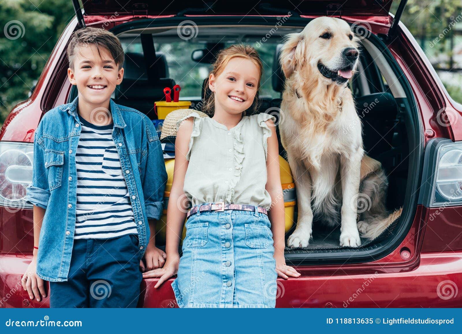 Crianças adoráveis com cão