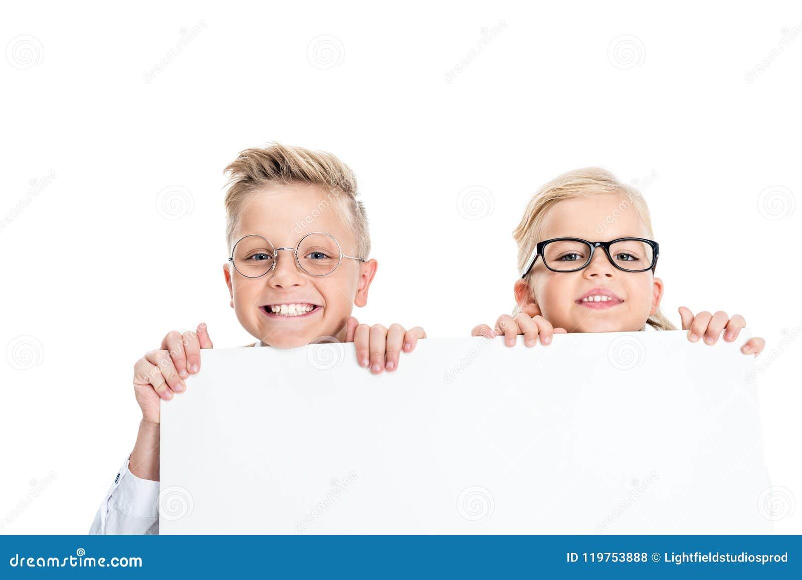 Crianças adoráveis nos monóculos que guardam a bandeira vazia e que sorriem na câmera