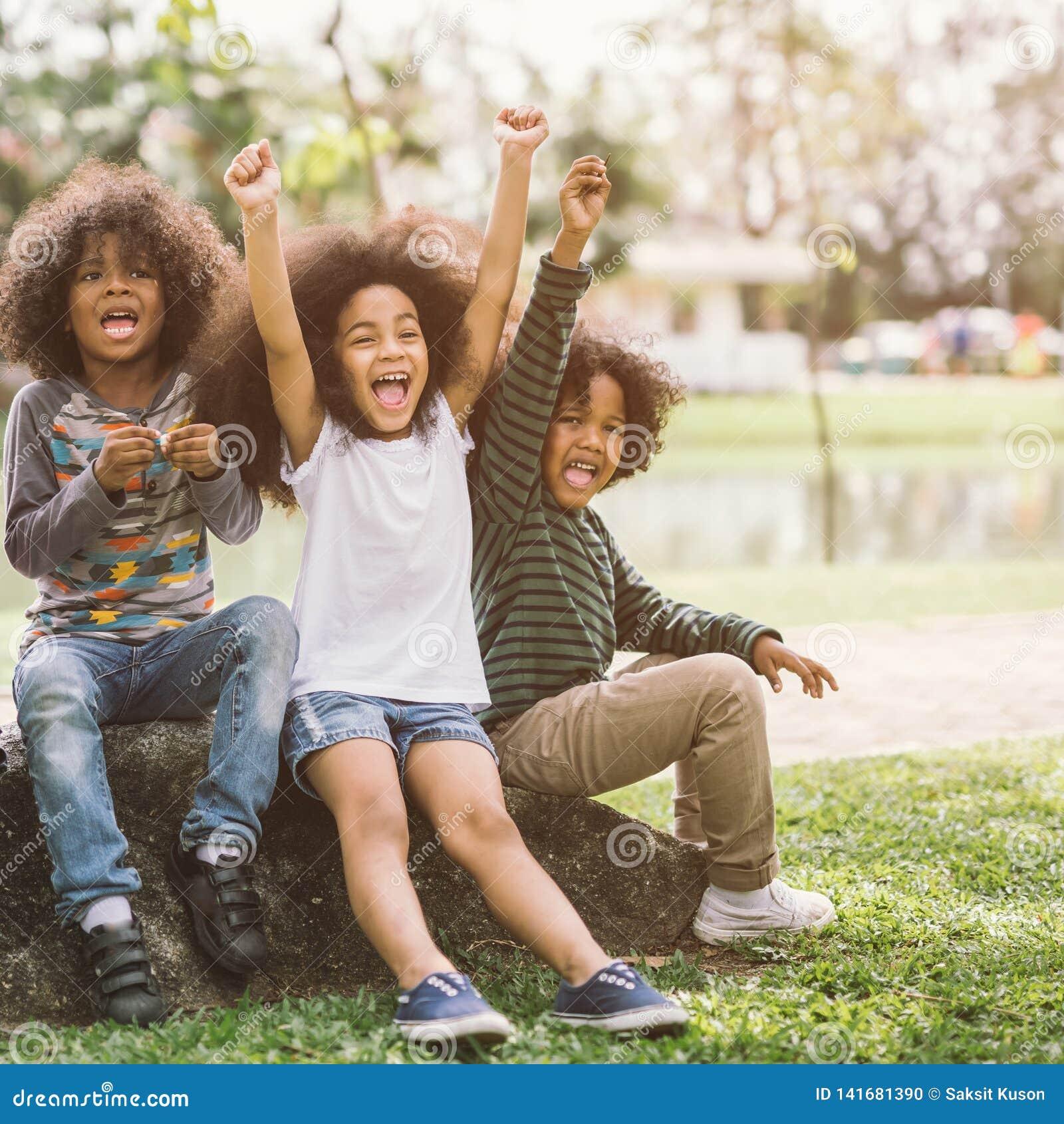 Crianças afro-americanos felizes da criança do rapaz pequeno alegremente alegres e riso