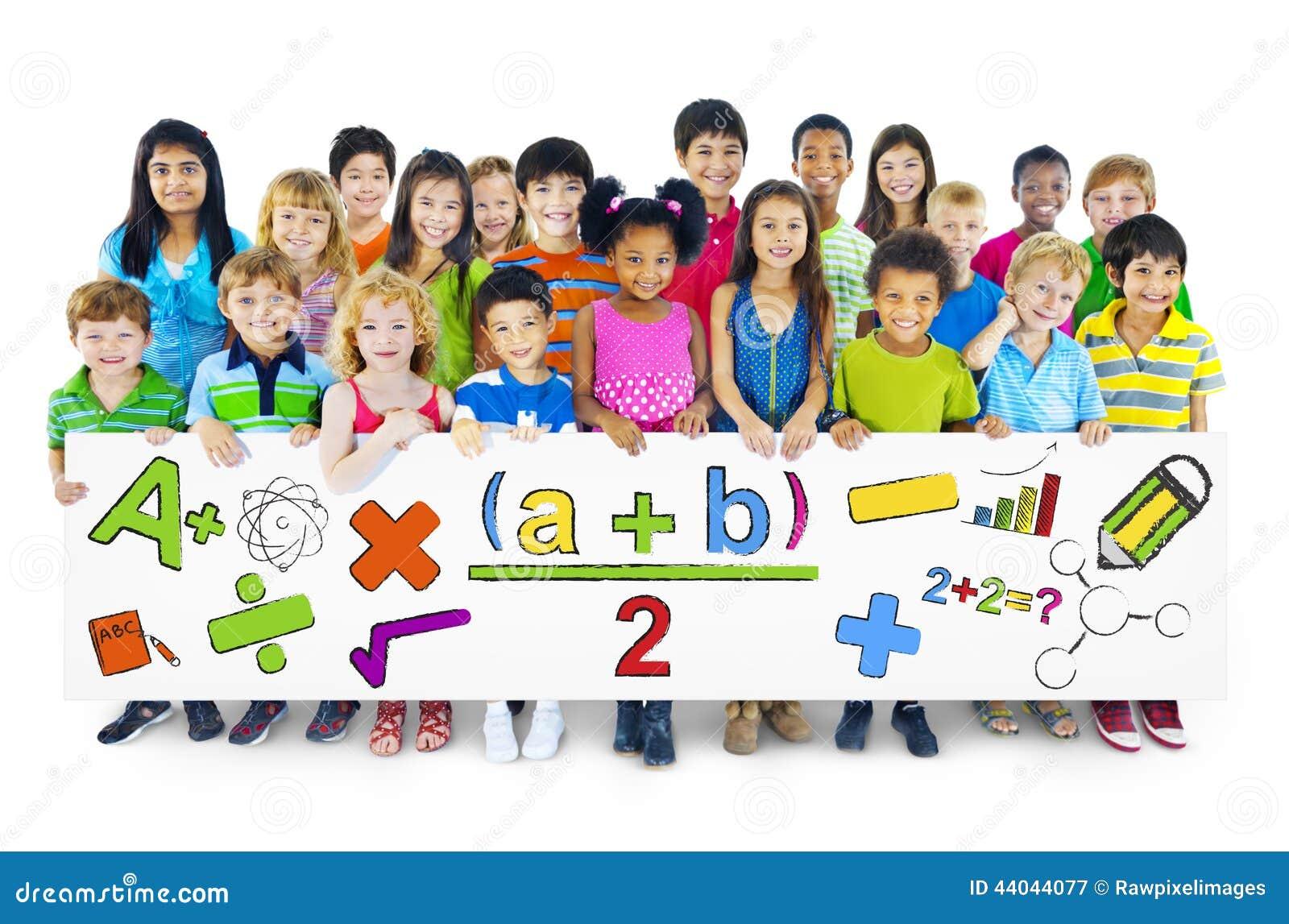 Crianças alegres diversas que guardam símbolos matemáticos