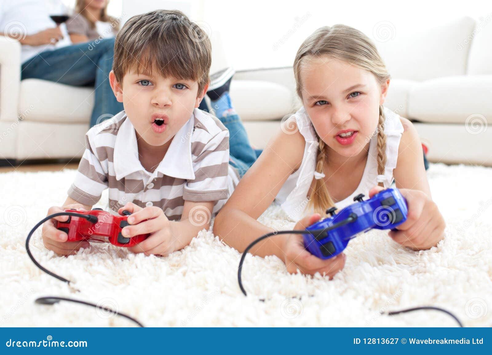 Crianças Animated que jogam os jogos video