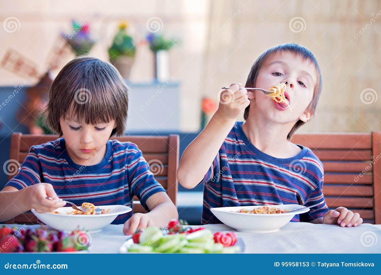 Comendo na escola not