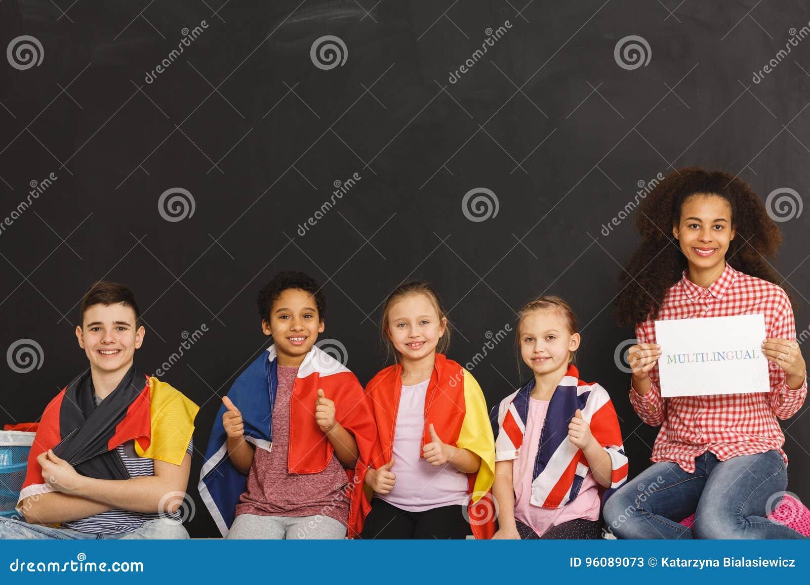 Crianças com bandeiras