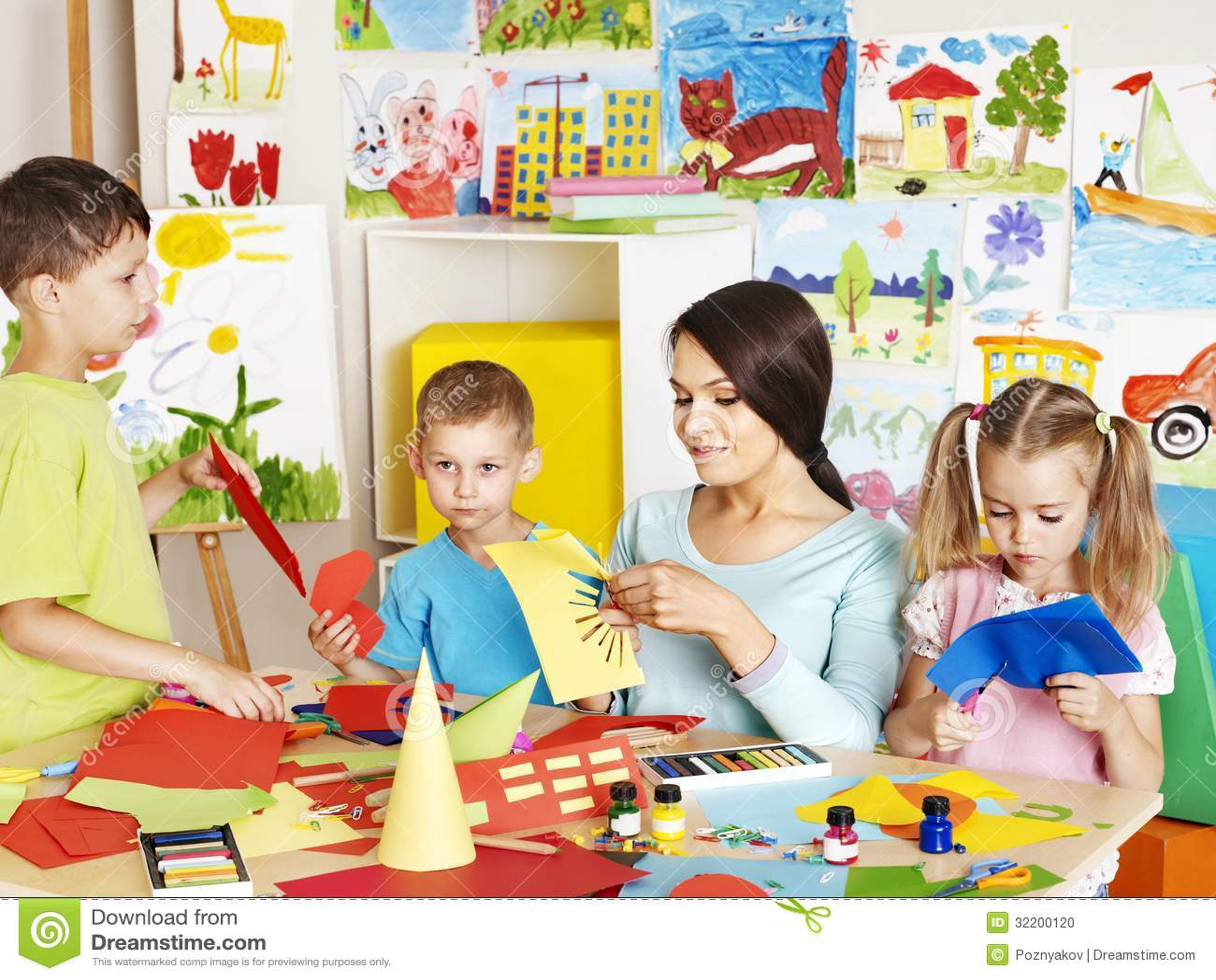 Crianças Com O Professor Na Sala De Aula. Foto de Stock - Imagem de ... 98325f9f6aaab