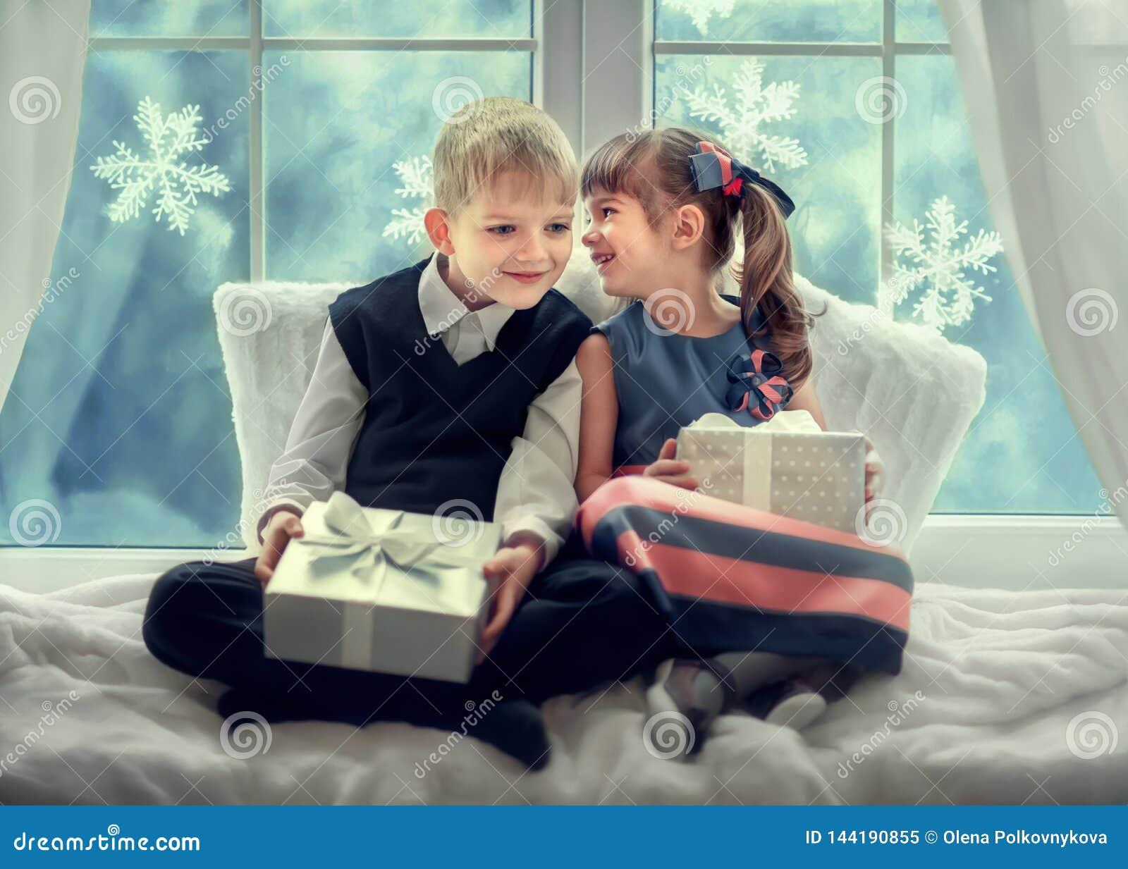 Crianças com os presentes para o Natal
