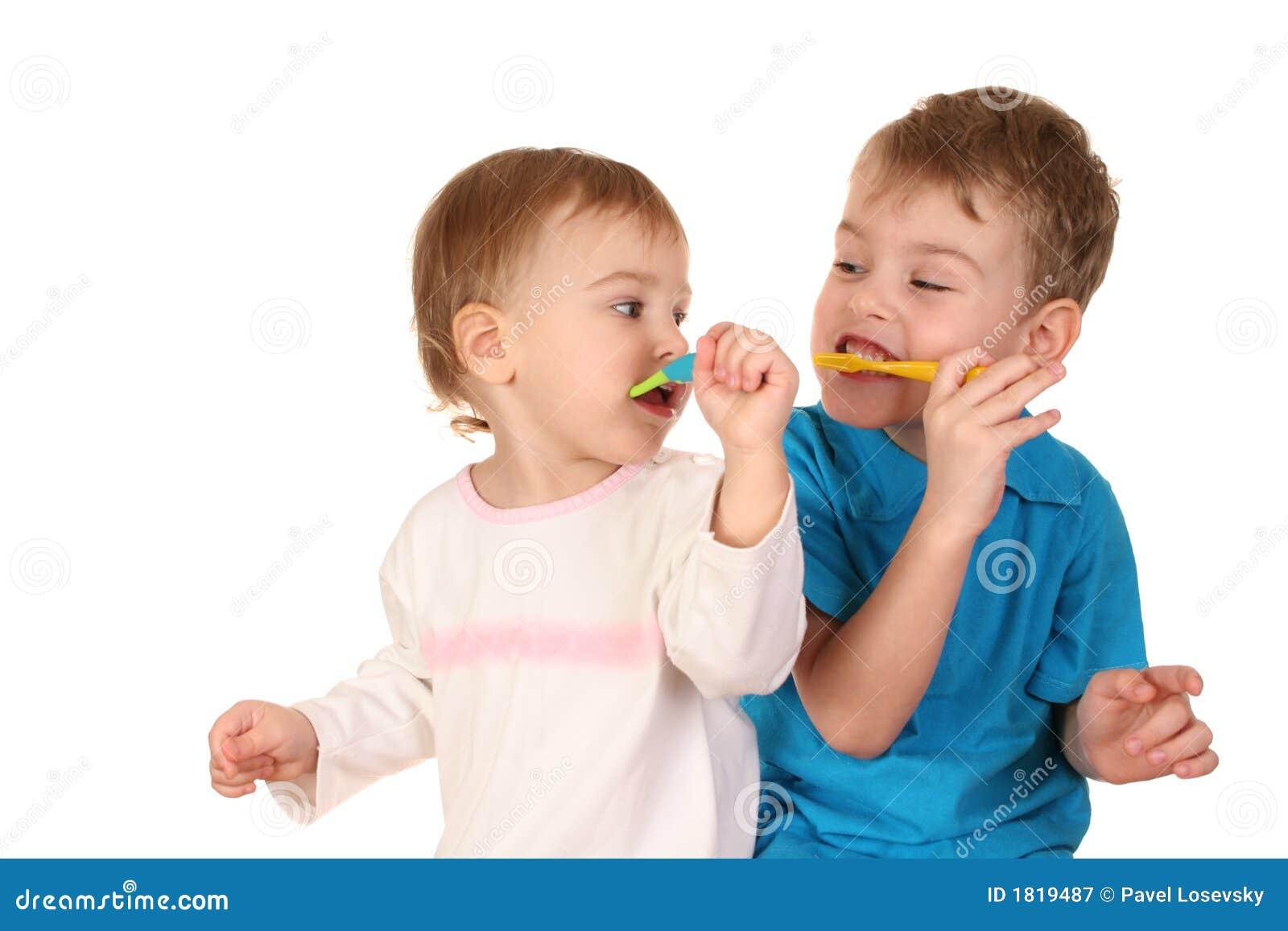 Crianças com toothbrushes