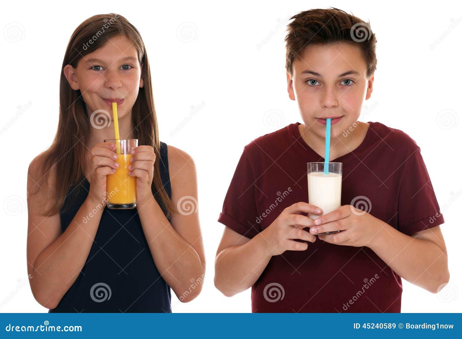 Crianças comendo saudáveis leite bebendo e suco de laranja