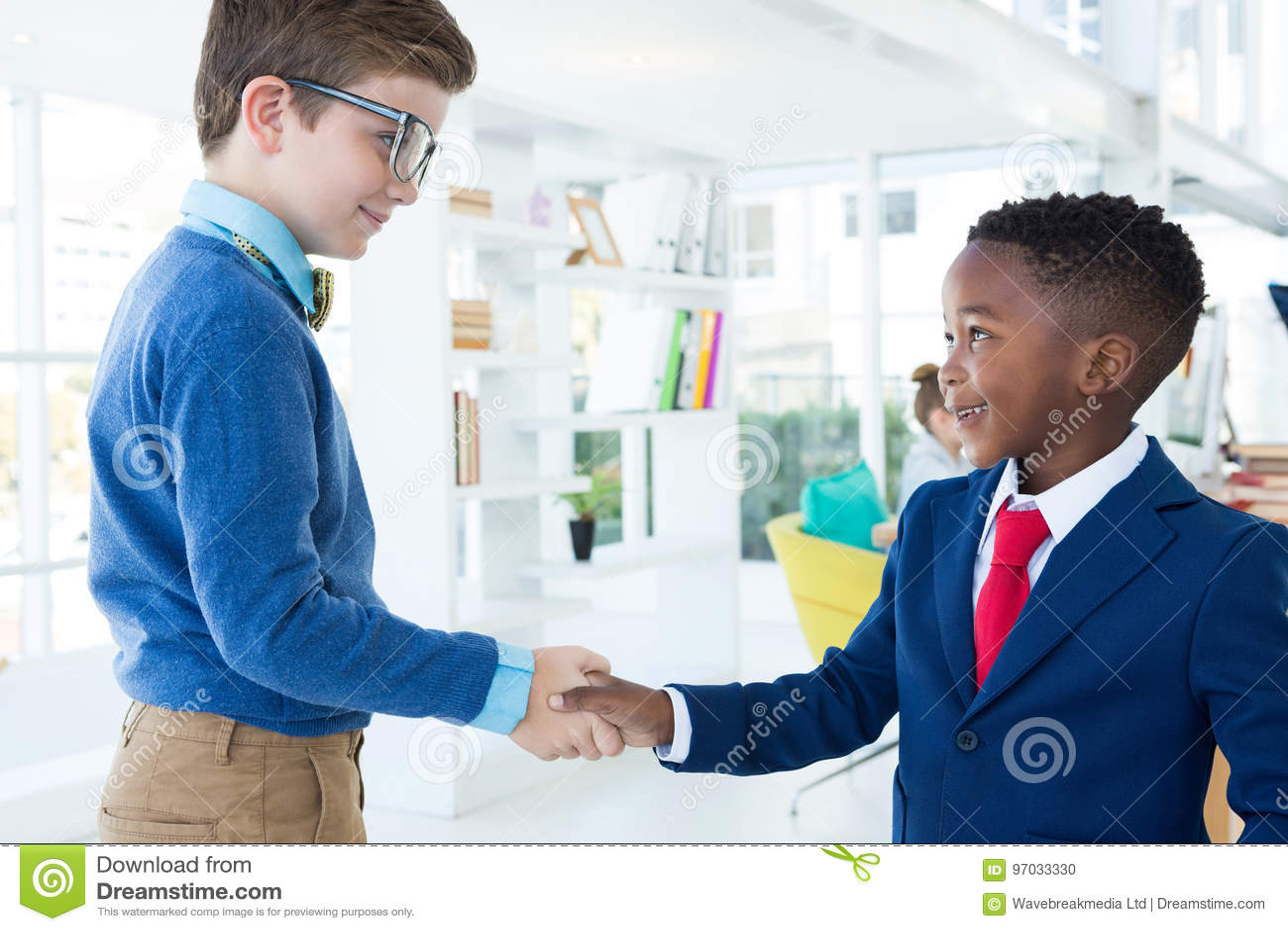 Crianças como os executivos empresariais que agitam as mãos
