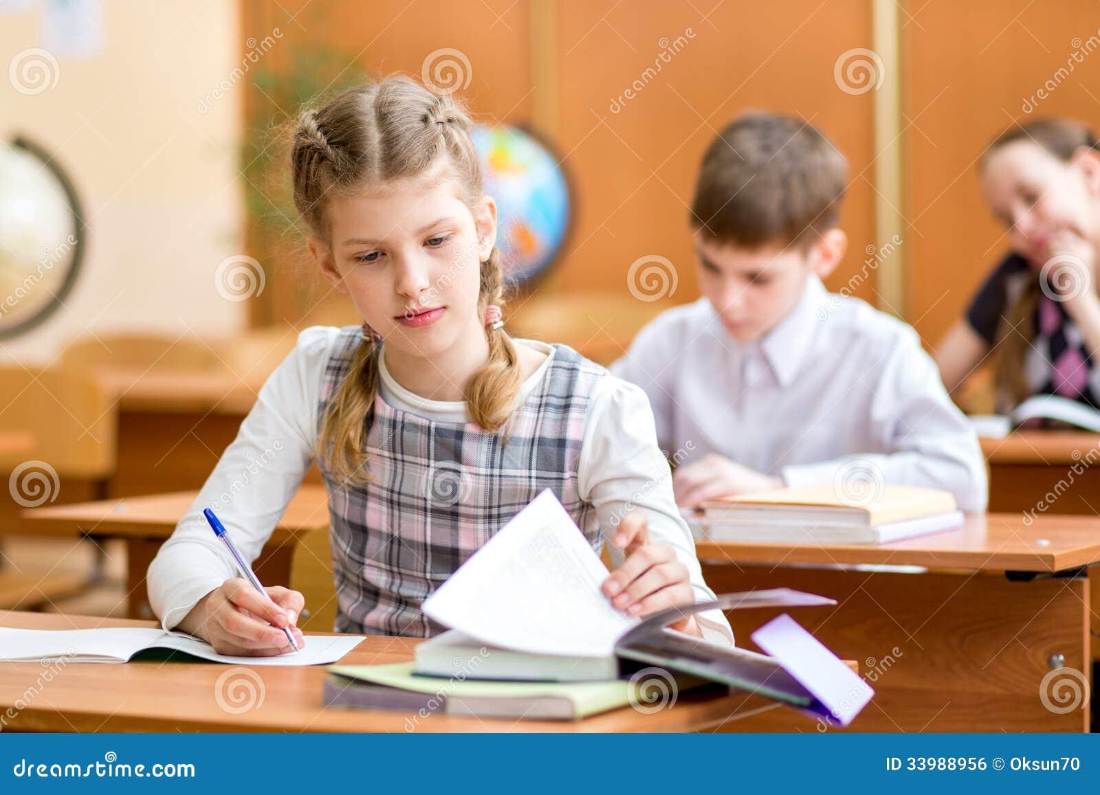Crianças da escola na lição