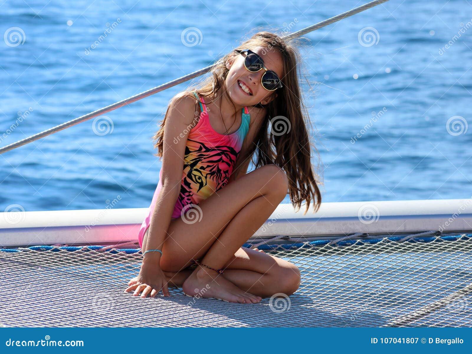 Crianças da menina que navegam no catamarã em Los Cabos México