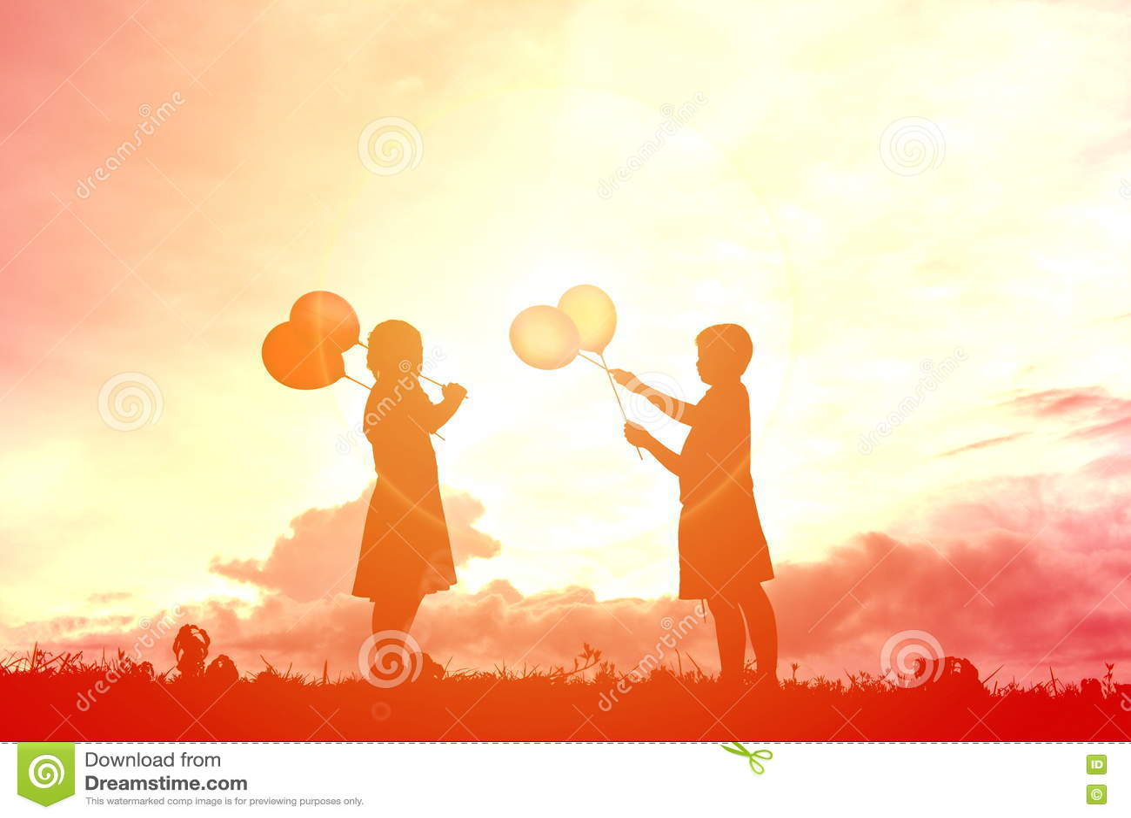 Crianças da silhueta com balão