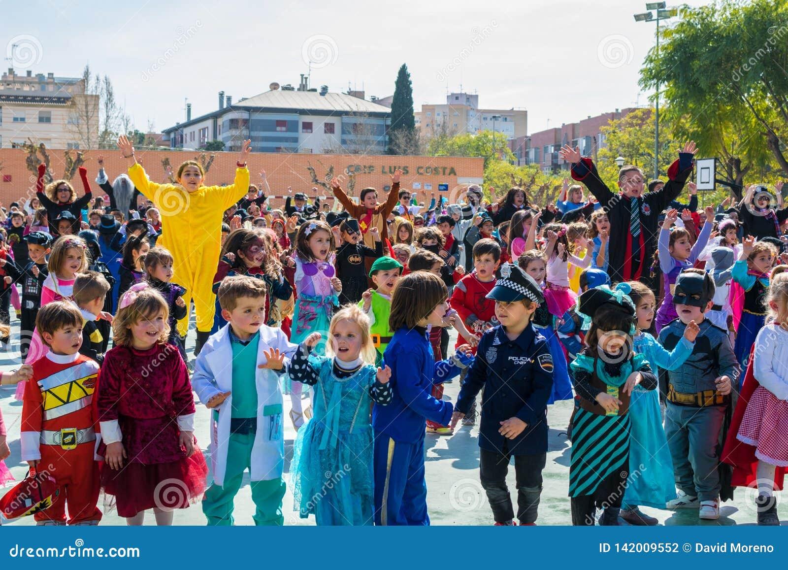 Crianças de escola primária disfarçadas em Múrcia, comemorando uma dança do partido do carnaval em 2019