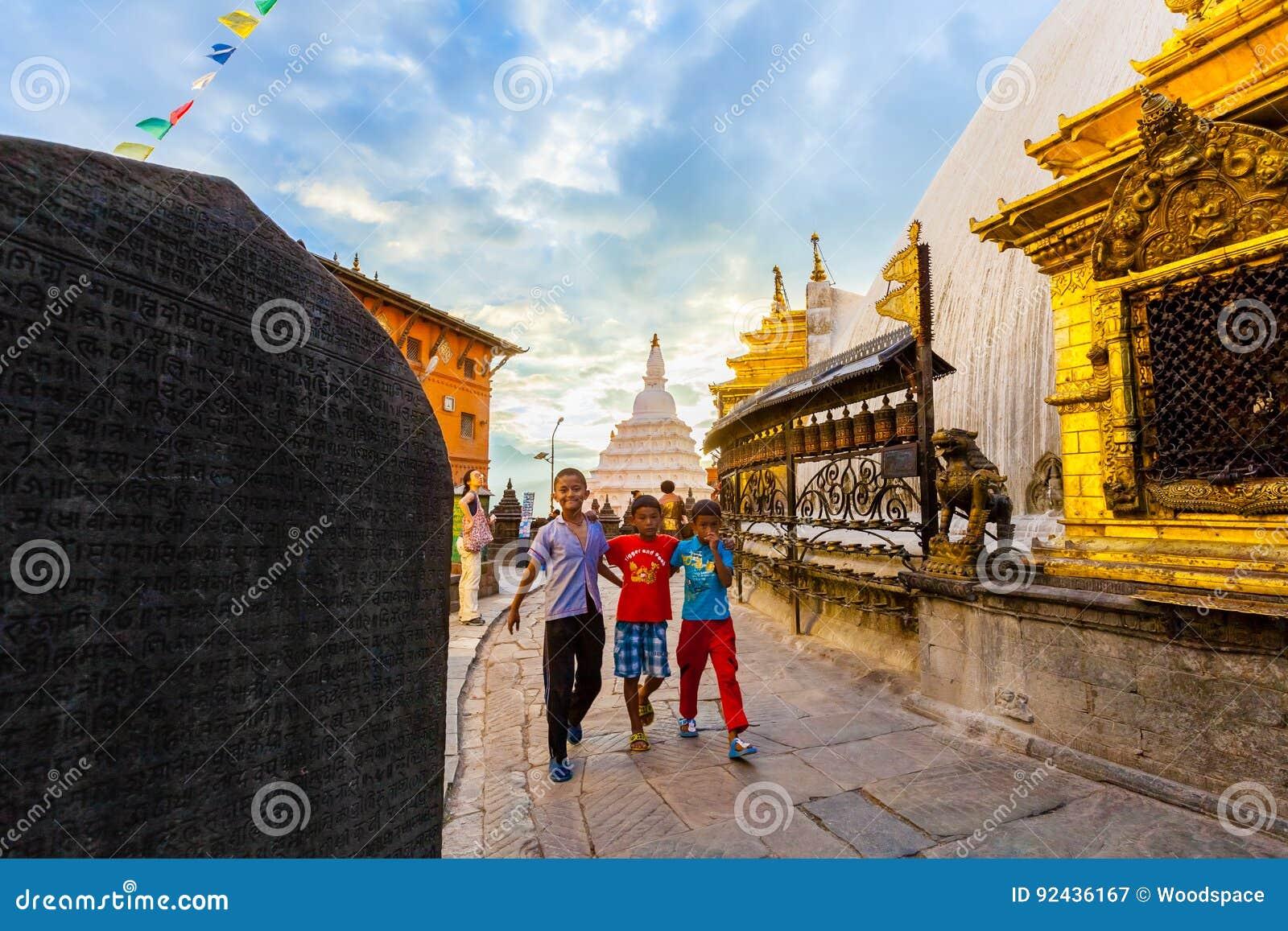 Crianças de Nepal em Swayambhunath, Kathmandu