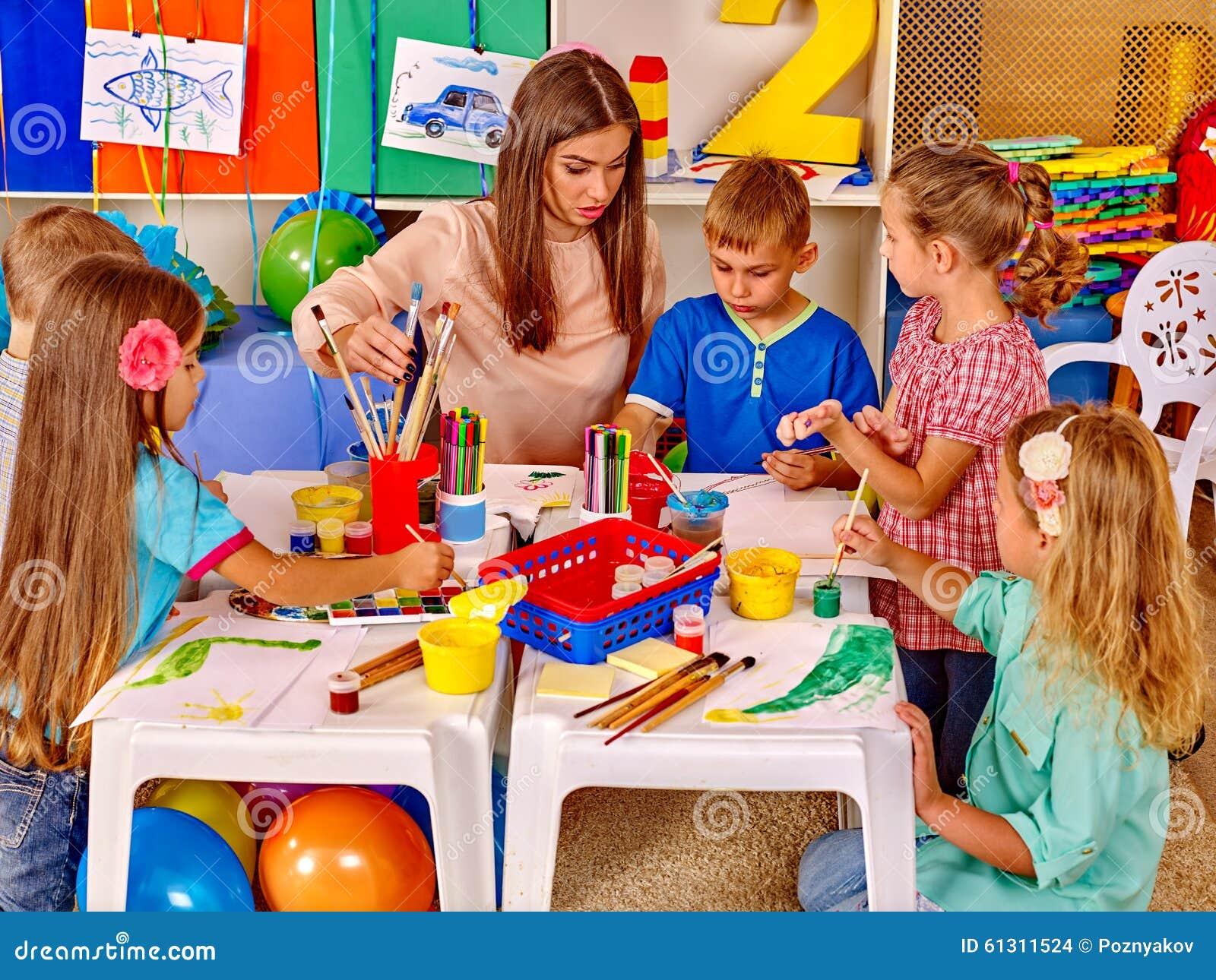 Crianças do grupo com o professor no pré-escolar