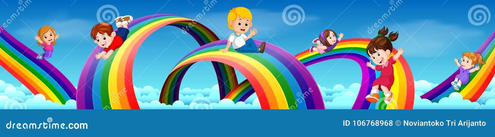 Criancas Dos Desenhos Animados Que Deslizam Abaixo Do Arco Iris