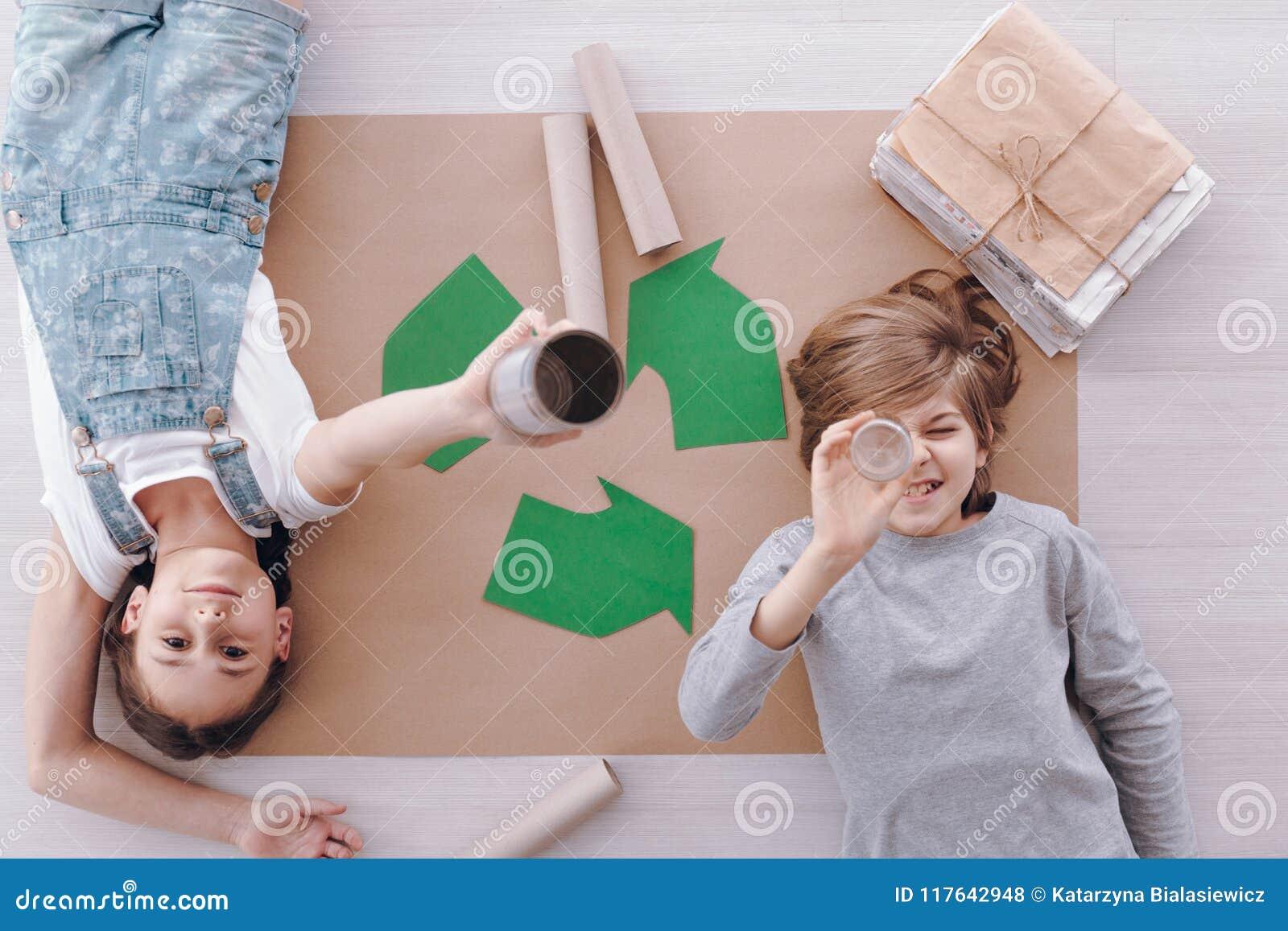Crianças durante classes da proteção ambiental