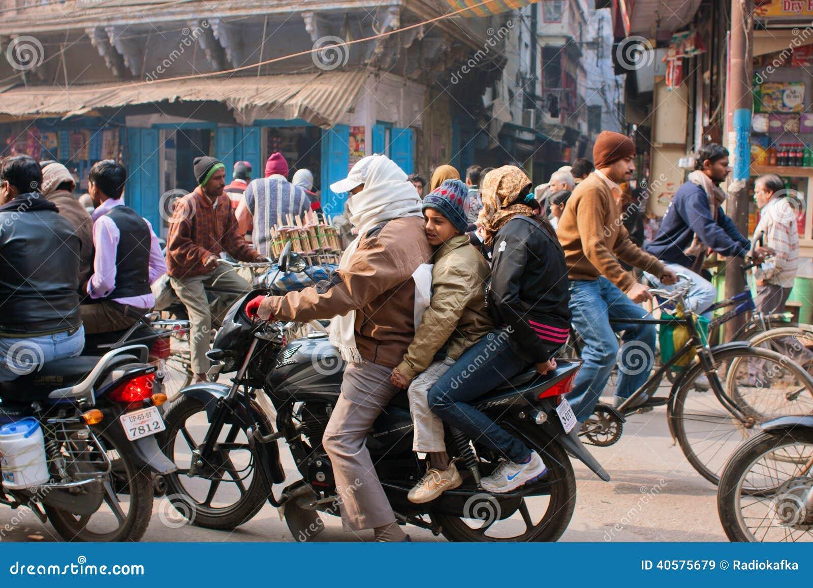 Crianças e eles pai na motocicleta